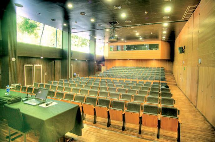 Sala de actos con capacidad de más de 200 personas