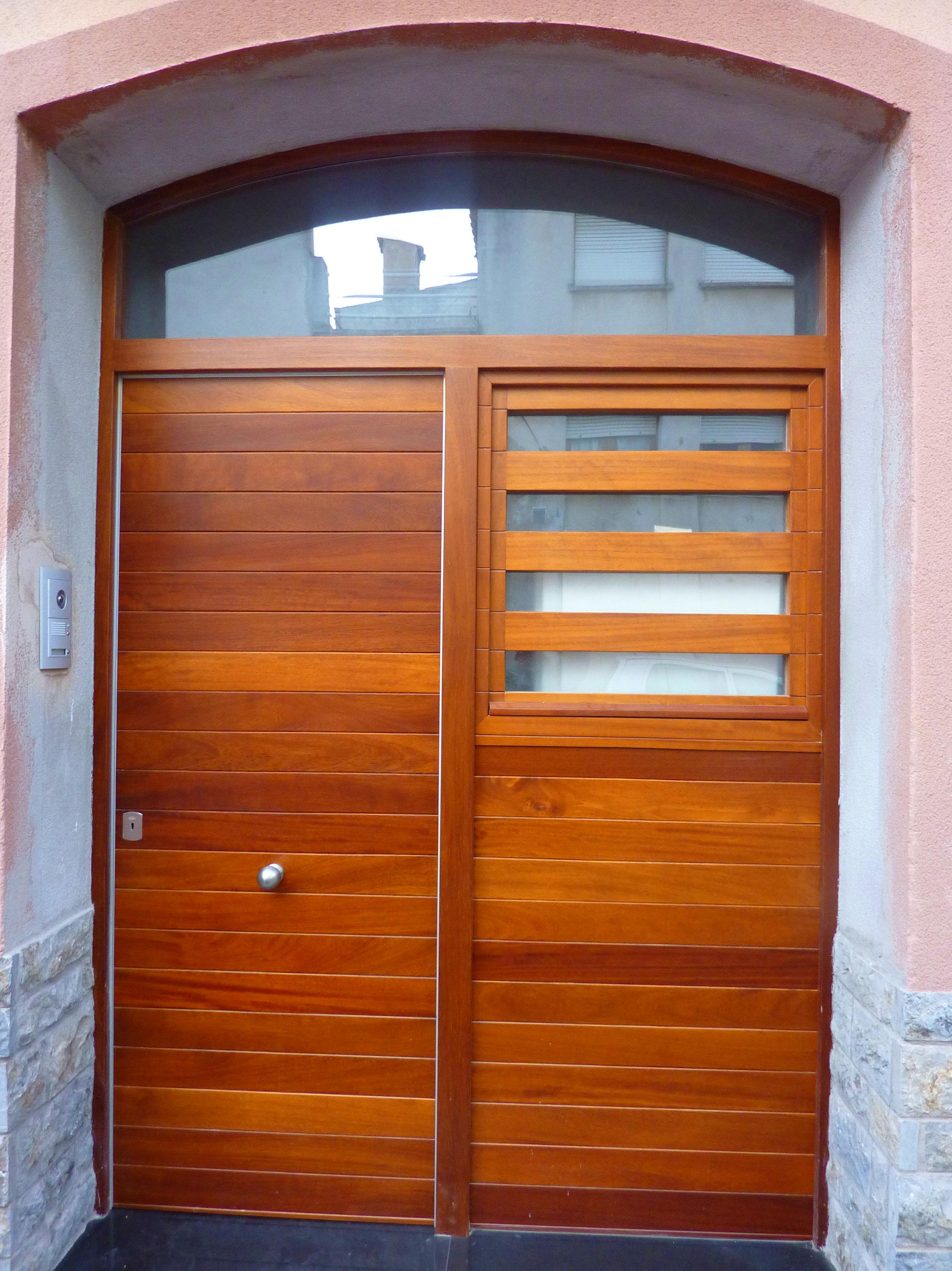 Puerta de entrada madera de Iroko.