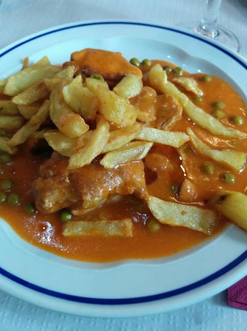 solomillo de cerdo en salsa con patatas fritas