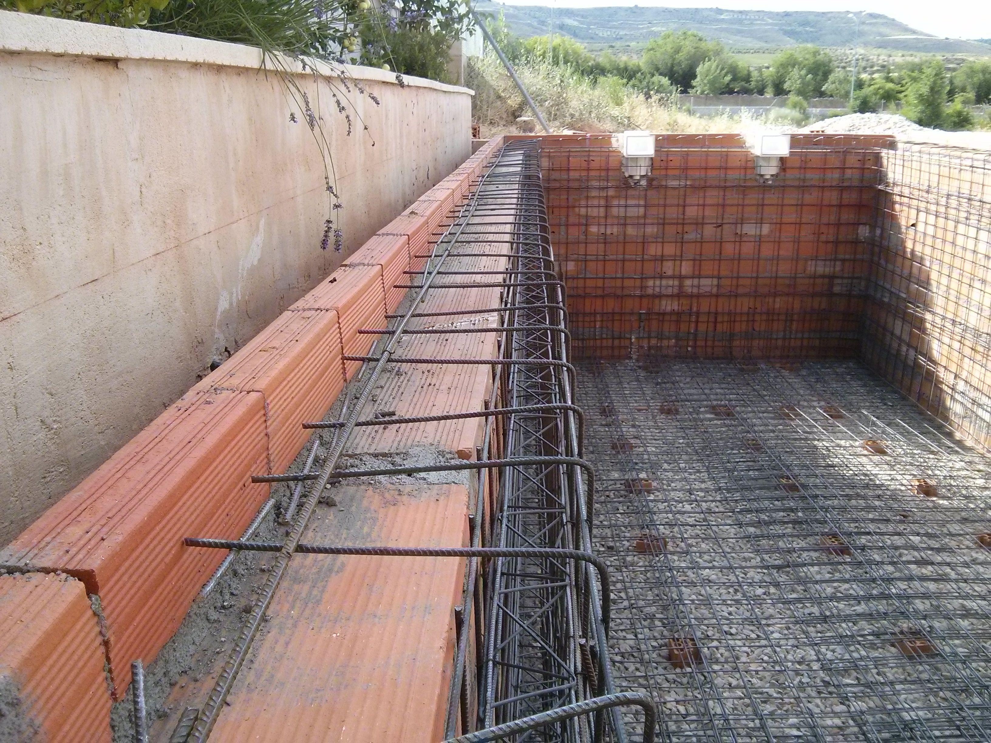 Colocaci n de hierro y ladrillos servicios de grup jonsil for Como construir una piscina de ladrillos