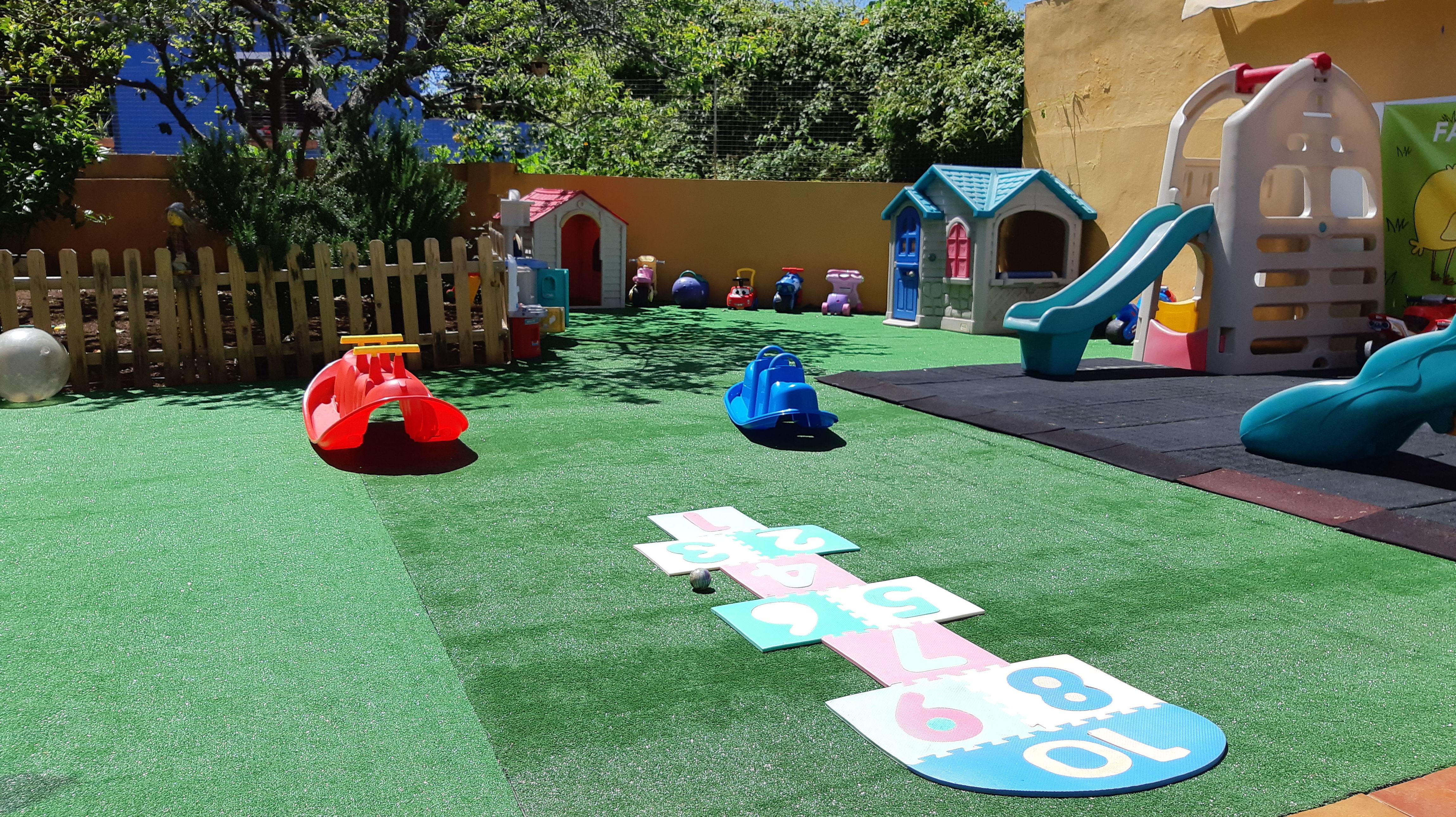 Amplia zona de recreo al aire libre y huerto vallado.