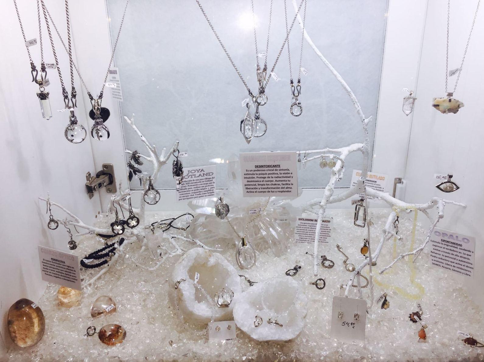 Cuarzo óptico, diamante herkimer, ópalo, cuarzo rutilado y joya gotland. El poder de los minerales hechos joya