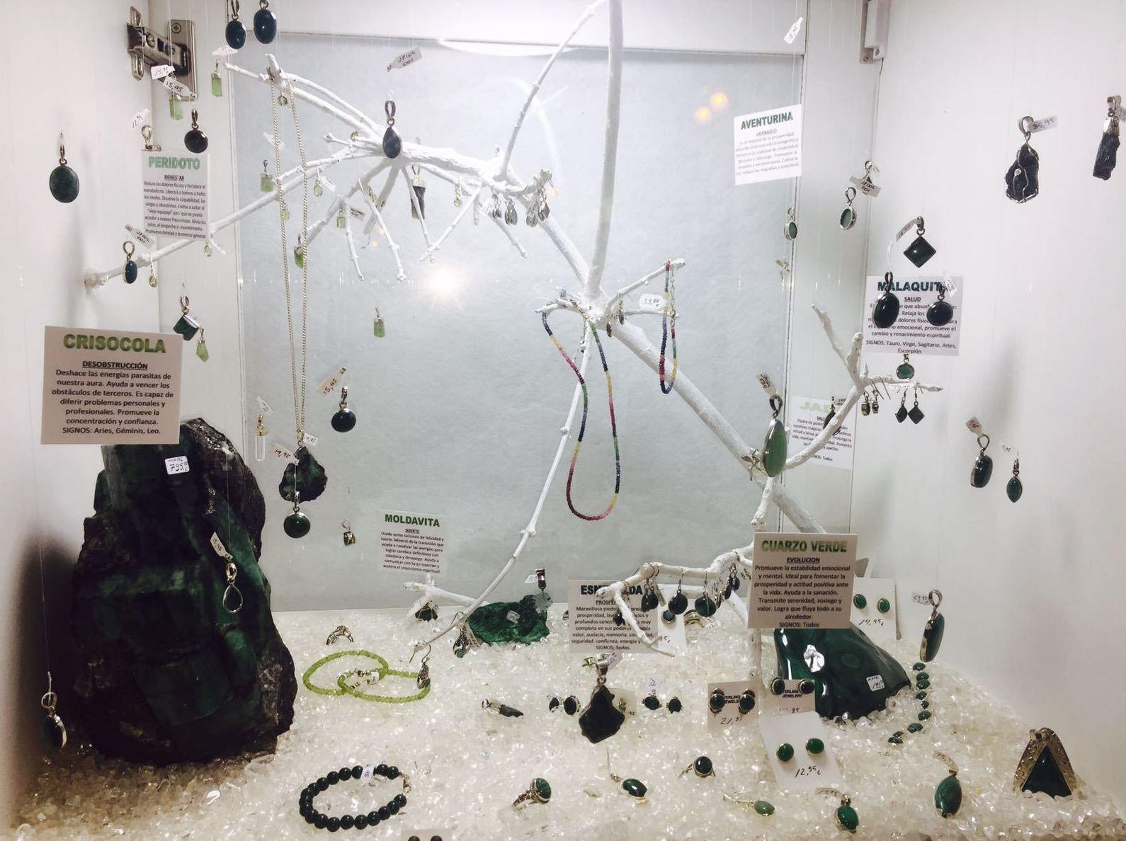 Esmeralda, crisólitos, malaquita, jade , cuarzo verde, peridoto y moldavita, Genuinos minerales engarzados en plata.