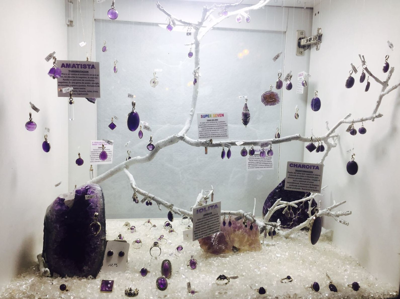Amatista, iolita, charoita, súper seven, lioidolita. Auténticos minerales con plata realizados a mano. Descubre sus propiedades en tí.