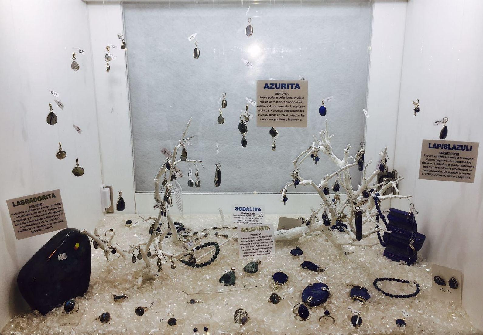Lapislázuli , labradorira , serafinita , azurita, sodalita y hematite. Minerales engarzados en plata