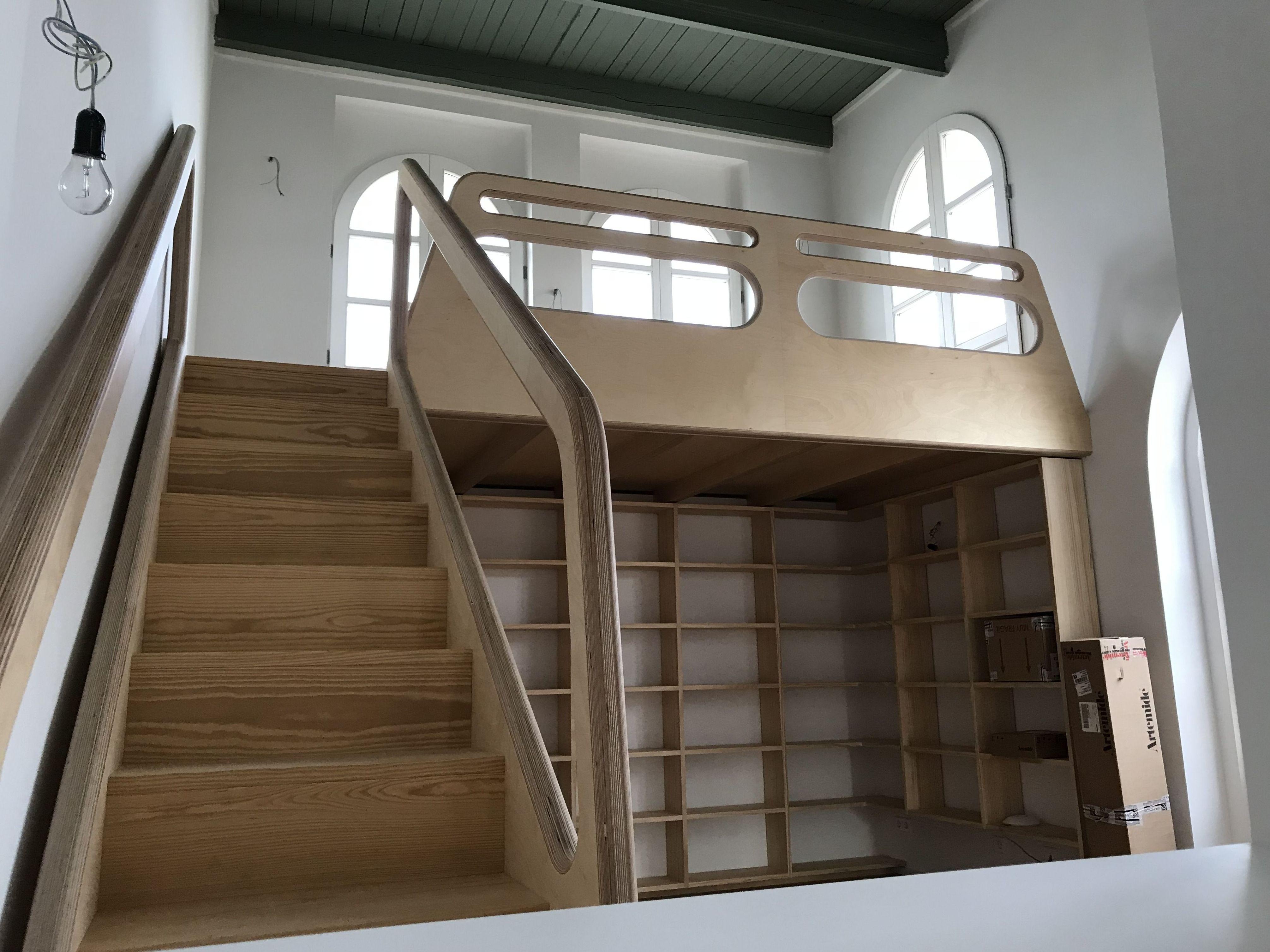 Escalera y pasamanos de madera