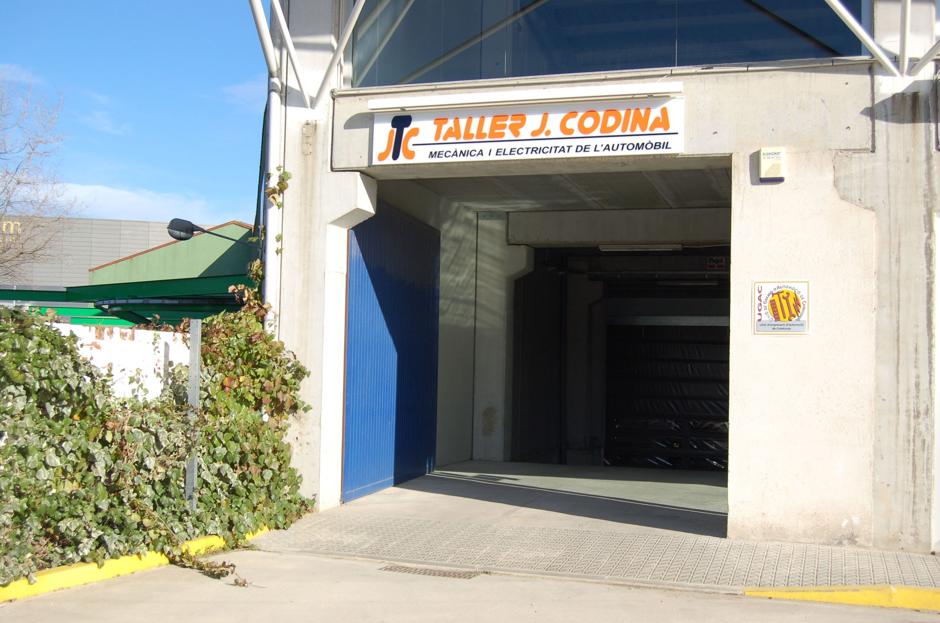Entrada por Ctra C\u002D35 km 55, (enfrete de la gasolinera) Taller de coches en Sant Celoni.