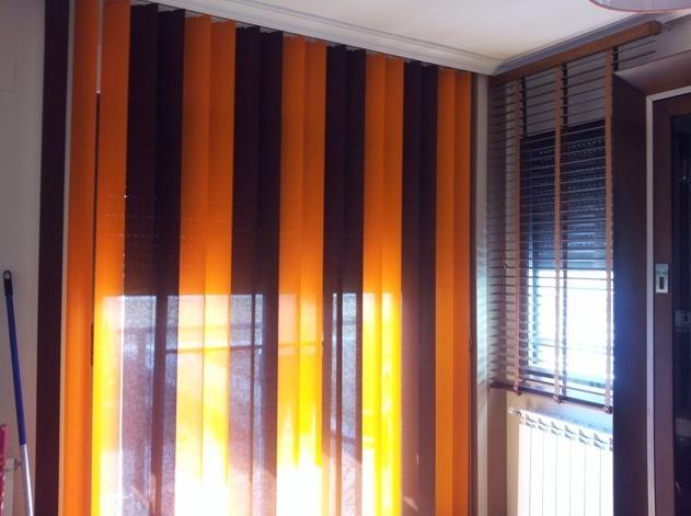 Cortina vertical en salon y veneciana de madera