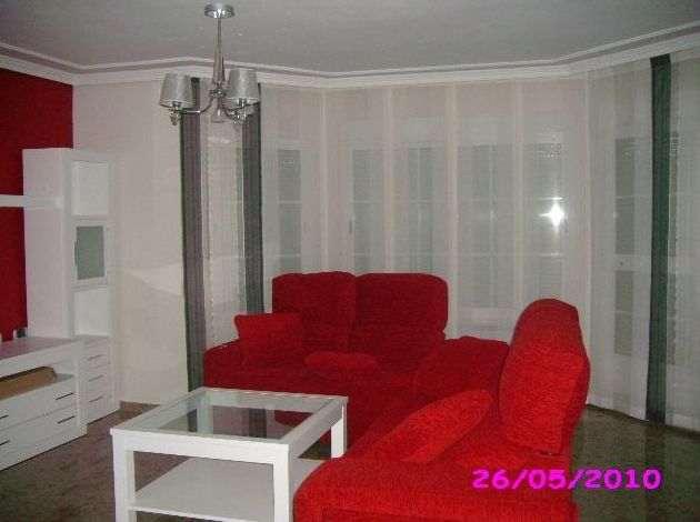 salon con panel japones y cortina en puerta balcon, en blanco y gris
