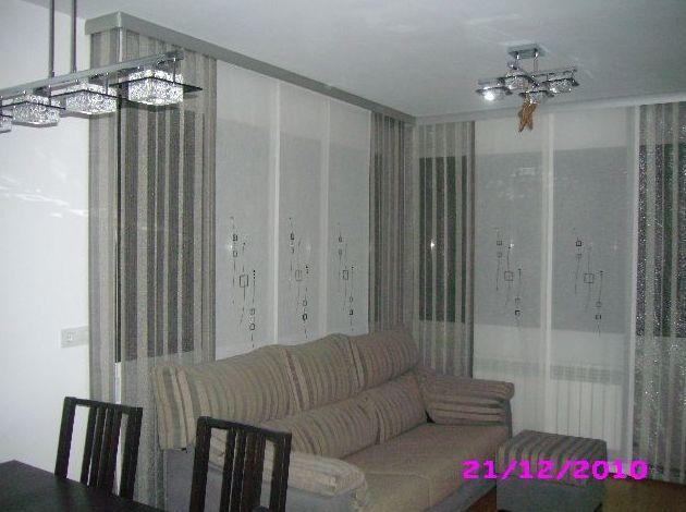 composicion de panel japones en salon con galeria de acero
