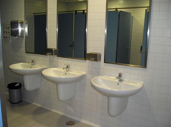 Acabados baños publicos de centros hospitalarios