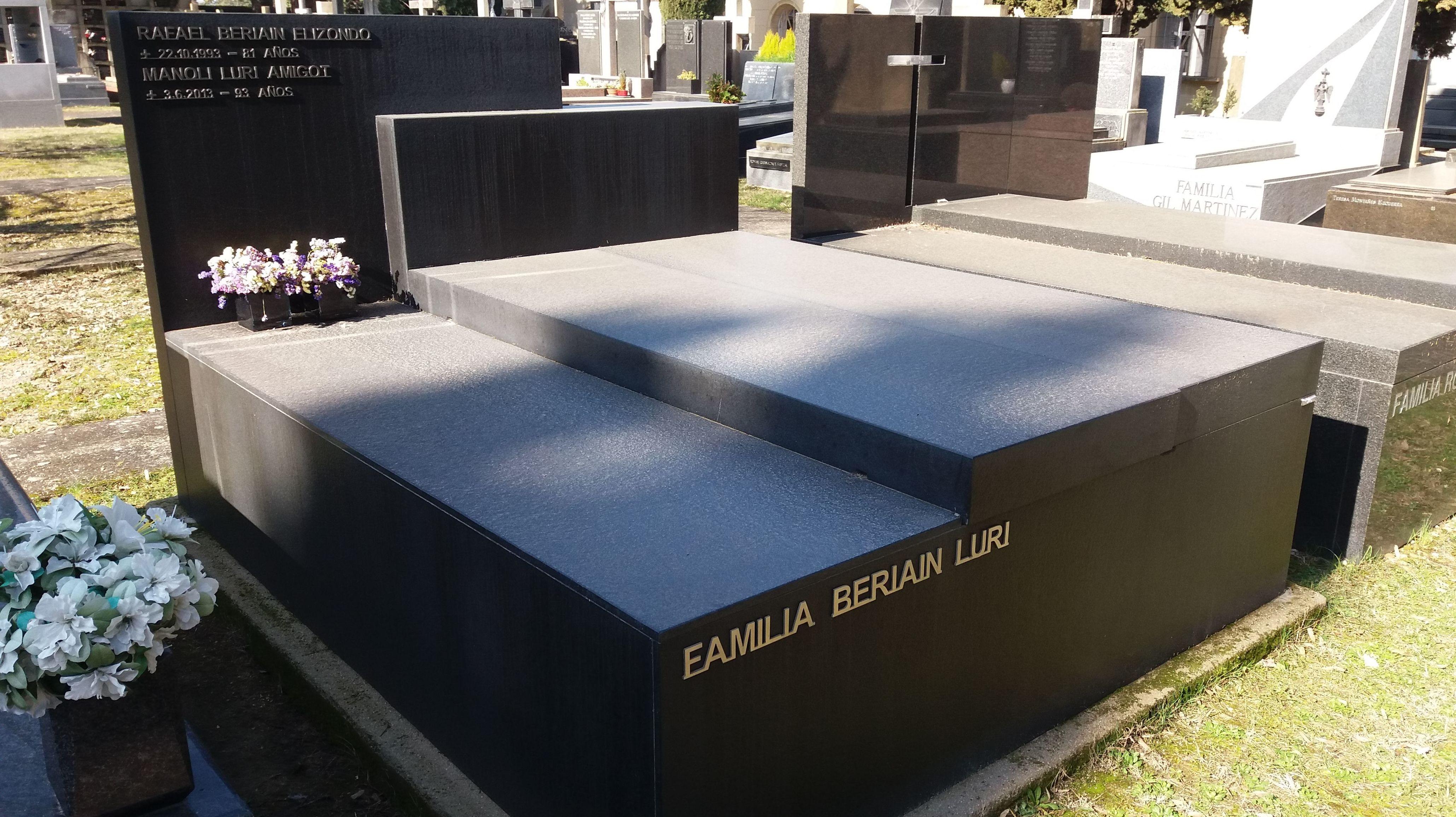 Panteón granito negro anticato: Productos y servicios   de TIRAPU Y ZOROQUIAIN