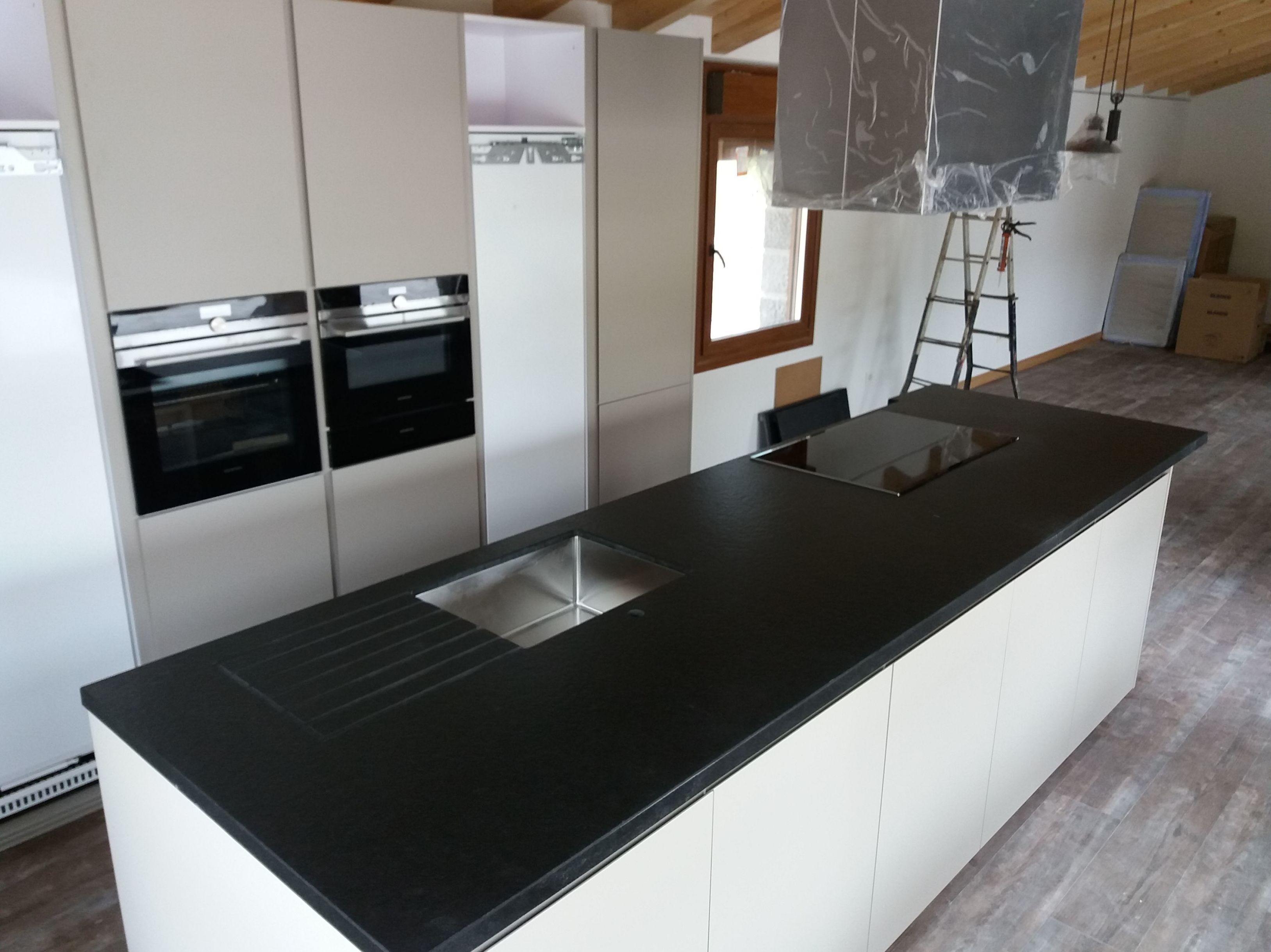Isla de granito negro anticato regruesada a 4cm: Productos y servicios   de TIRAPU Y ZOROQUIAIN