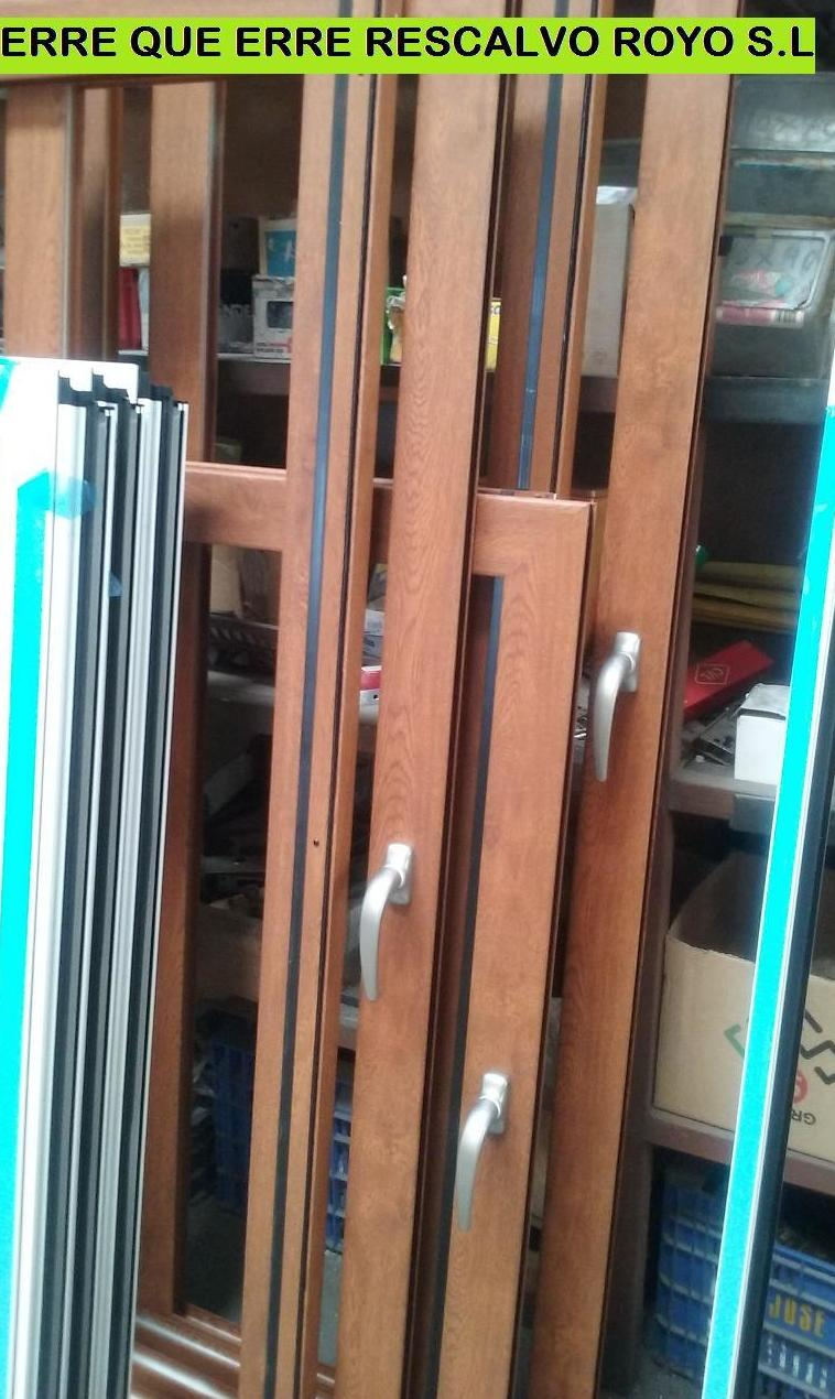 Fabricando en el taller ventanas de aluminio imitación a madera.