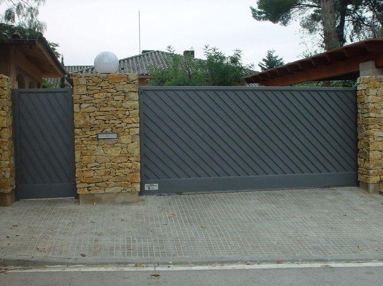 PUERTAS DE GARAJE Y DE ENTRADA A LA PARCELA: Servicios de Exposición, Carpintería de aluminio- toldos-cerrajeria - reformas del hogar.