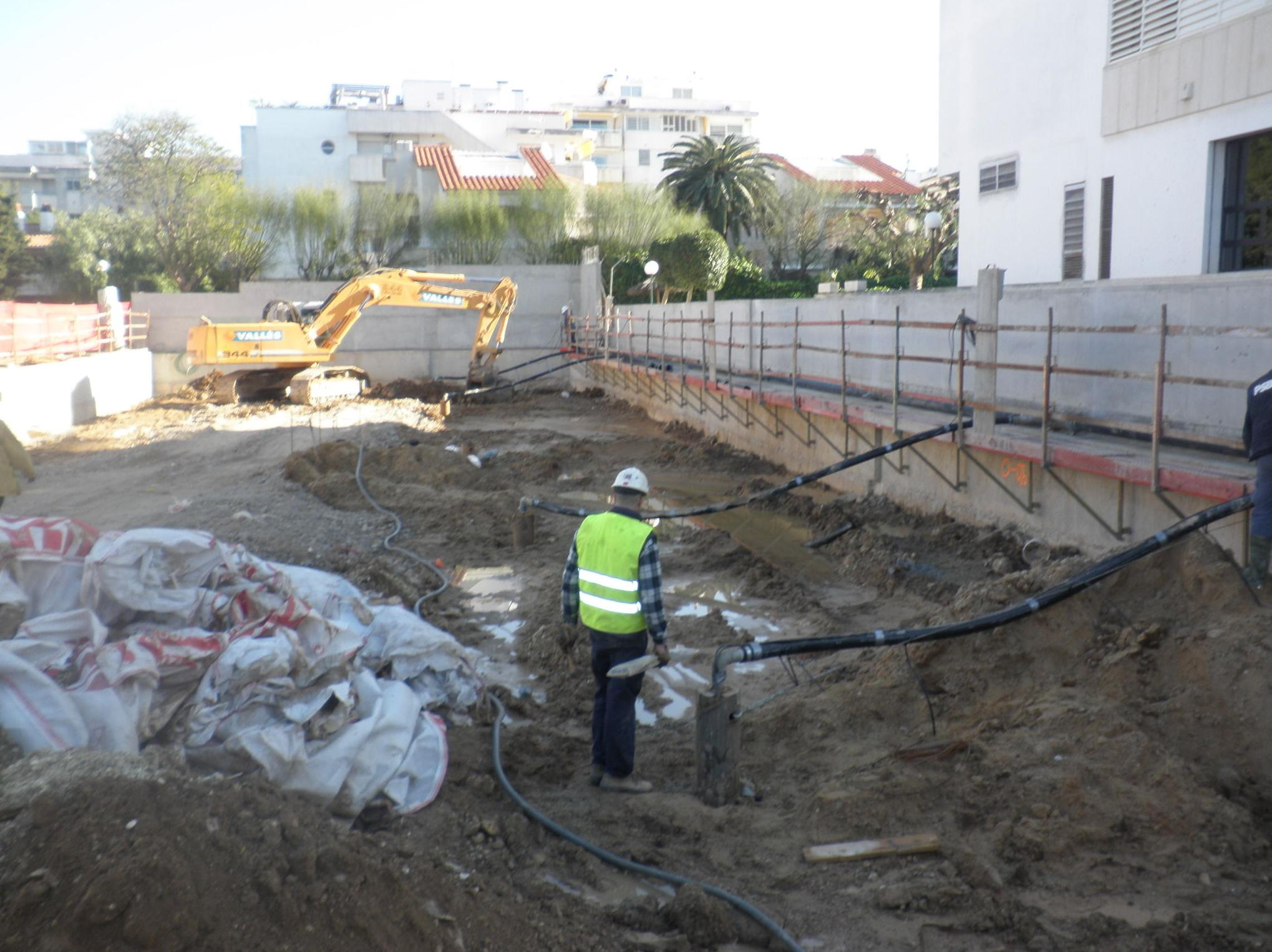 Estudio hidrogeológico y ensayo de bombeo para el rebaje del N. Freático en dos plantas sótano para la nueva construcción de un edificio plurifamiliar en Avd. Sofia,12. TM Sitges (Barcelona).