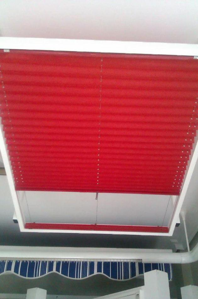 Cortina plisada para ventana abuhardillada