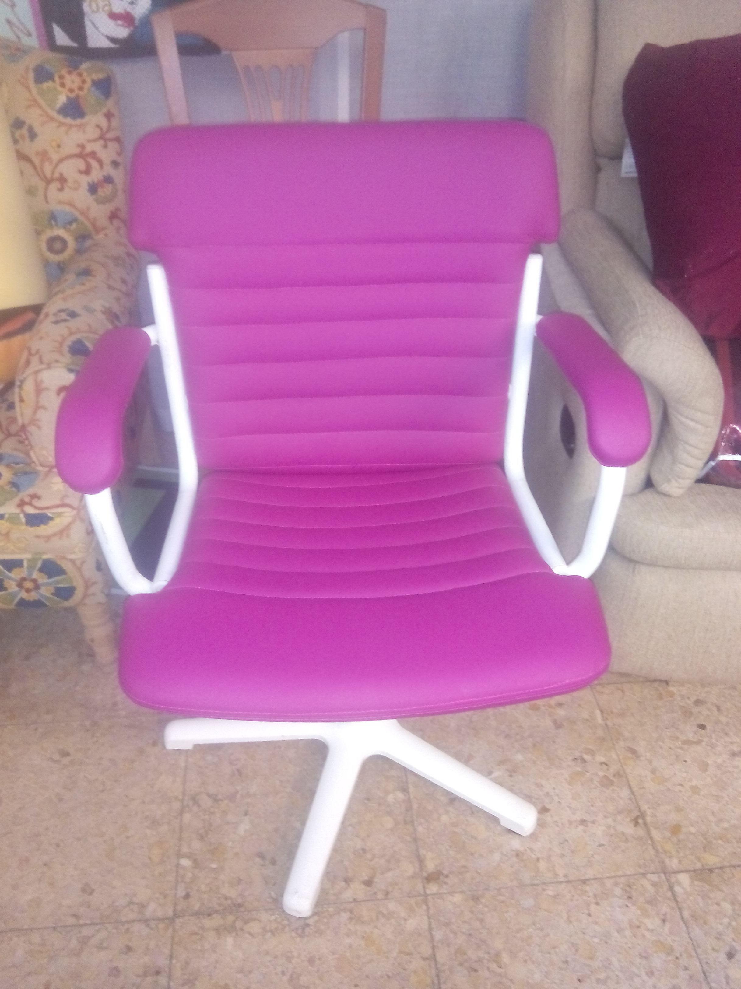 sillón estructura metálica blanca y polipiel rosa