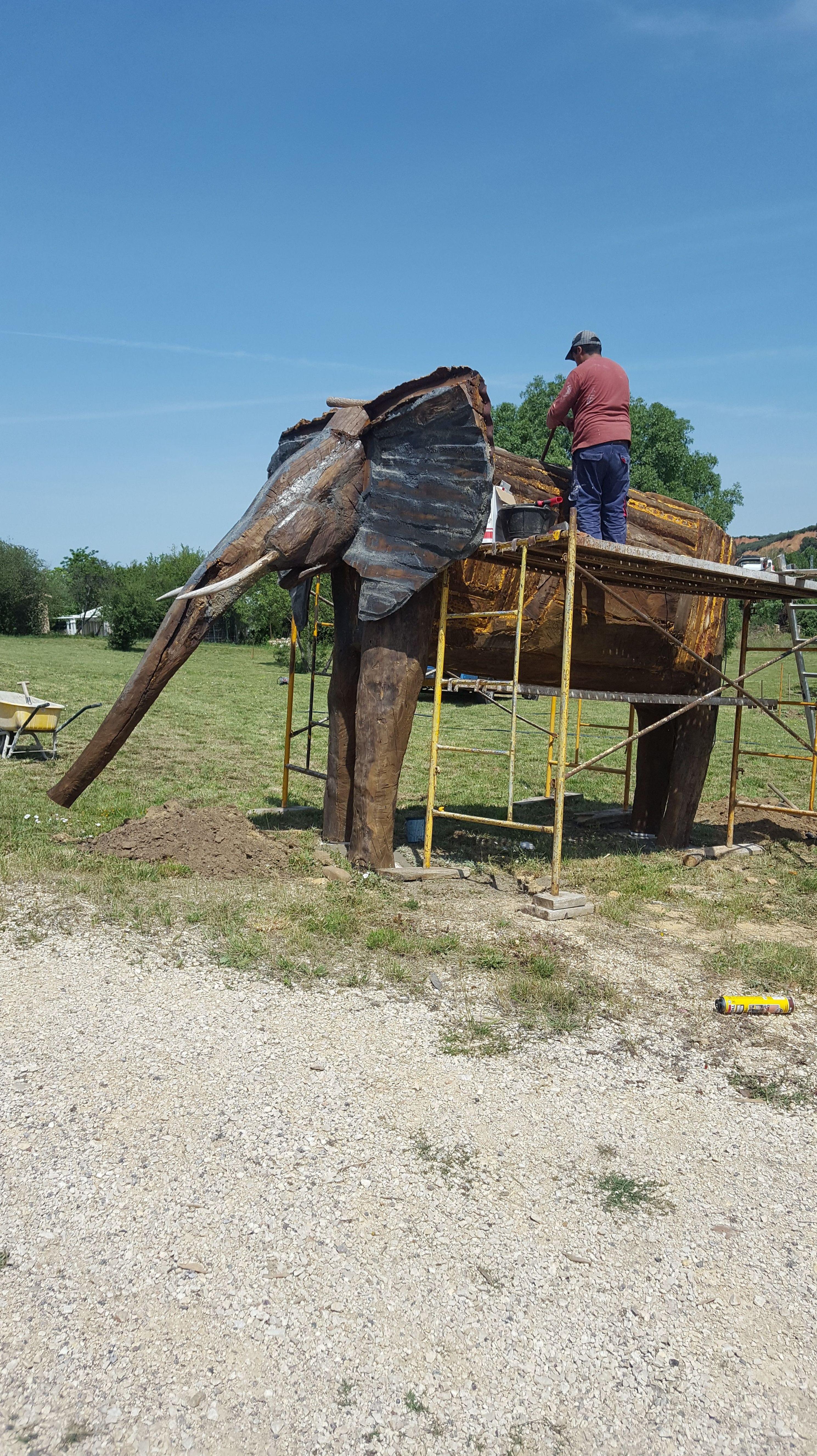 un elefante de madera hecho a mano.