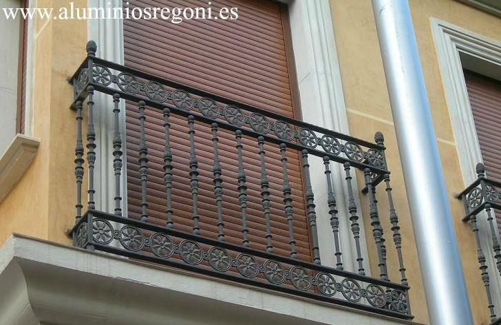 Balcón  de hierro con soleras y barrotes de hierro fundid