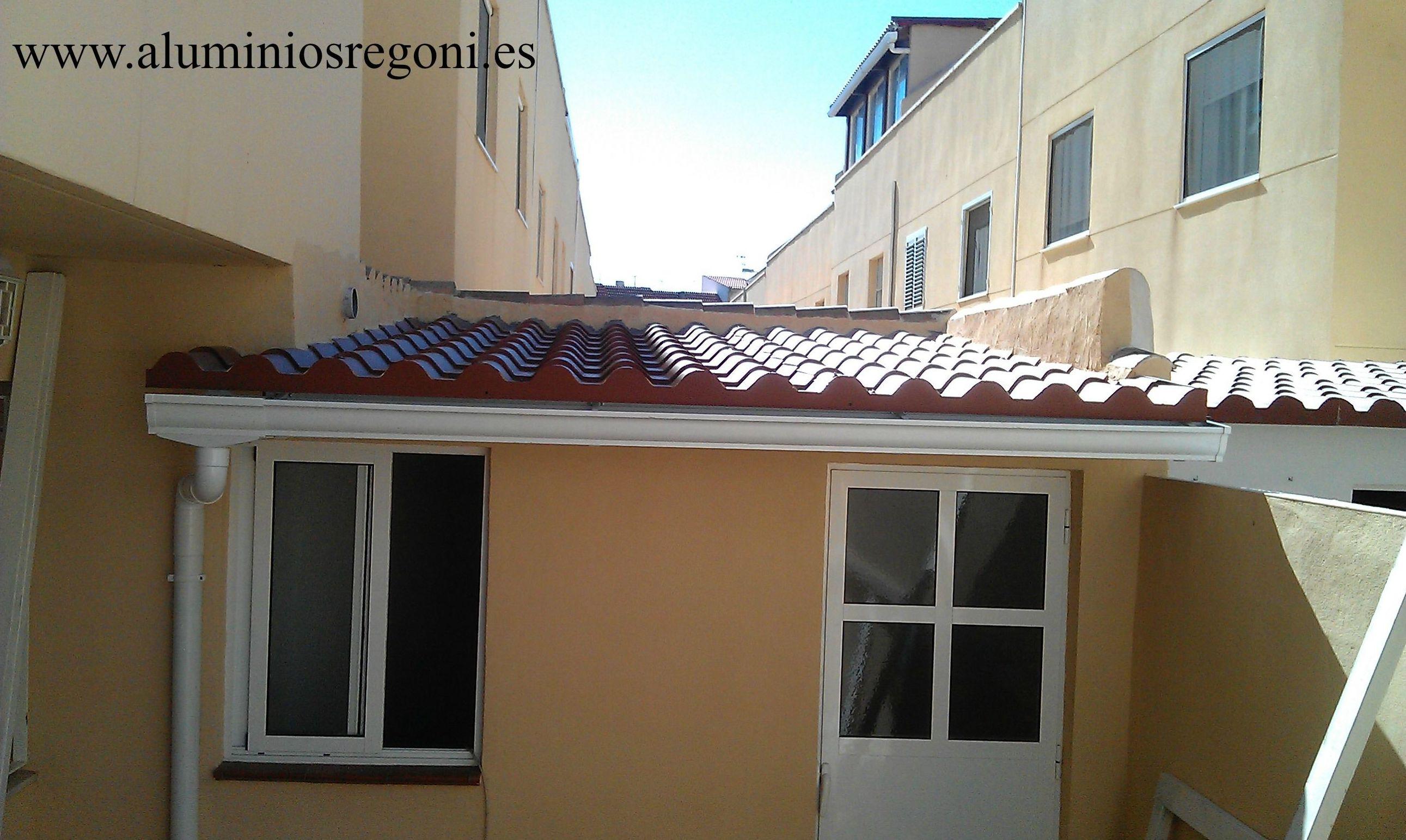 Cerramiento con techo de panel sándwich tipo teja