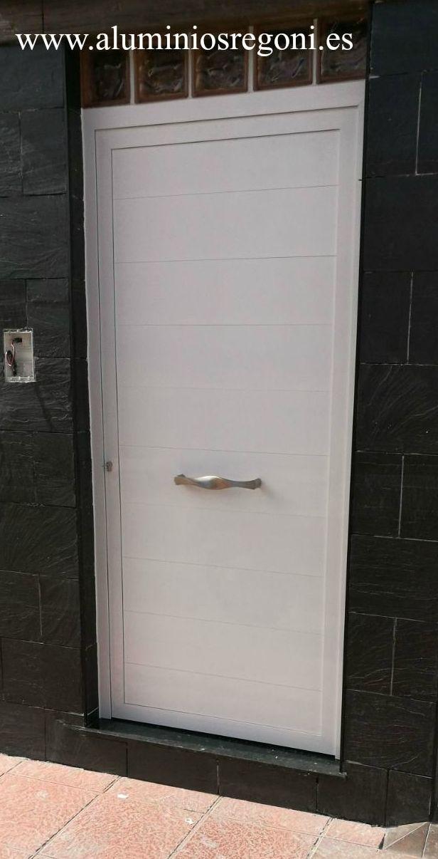 Puerta de aluminio lacado blanco con lama machihembrada de 200