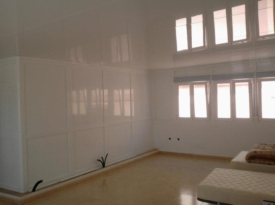Cerramiento de aluminio con techo de panel sándwich de 82 mm de grosor, con ventanas de 2 hojas abatibles siendo 1 oscilobatiente y paños fijos