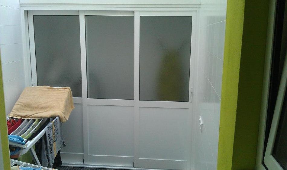 Cerramiento de aluminio lacado blanco de 3 hojas correderas en 3 carriles con panel sándwich y cristal Carglass, y techo de panel sándwich (cerrado)