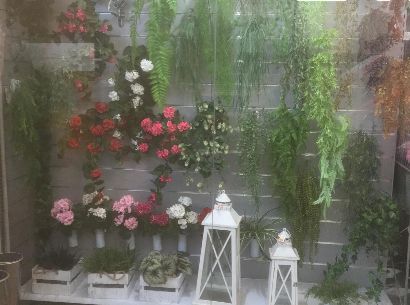 Escaparate del Mercado de la Flor de Vilassar de Mar con plantas colgantes para jardin vertical y faroles decorativos -Fernando Gallego SCP