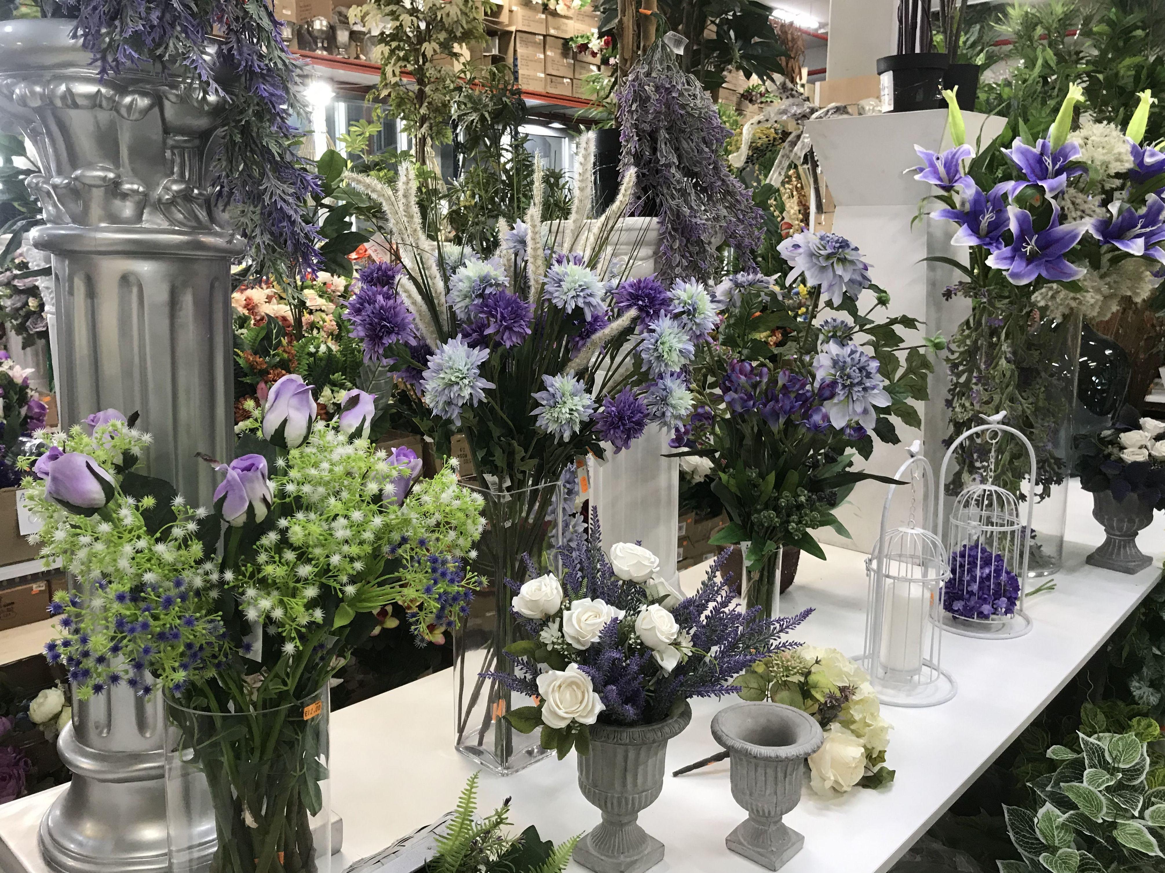 Interior de la parada del Mercado de la Flor en San Boi-Viladecans con flor artificial y artículos de decoración-Fernando Gallego SCP