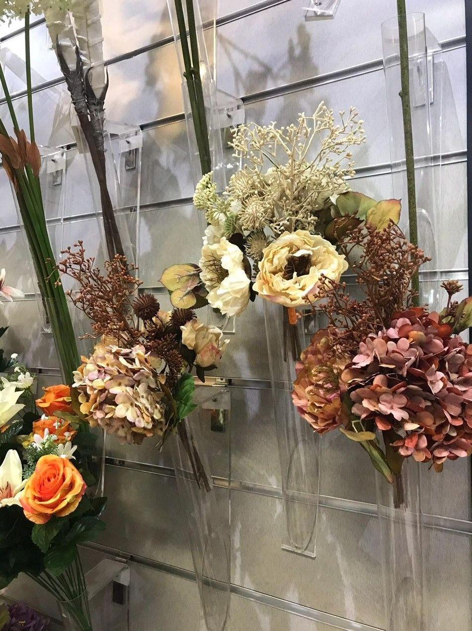 Escaparate con bouquets de tela y ramos de flor artificial -Fernando Gallego SCP