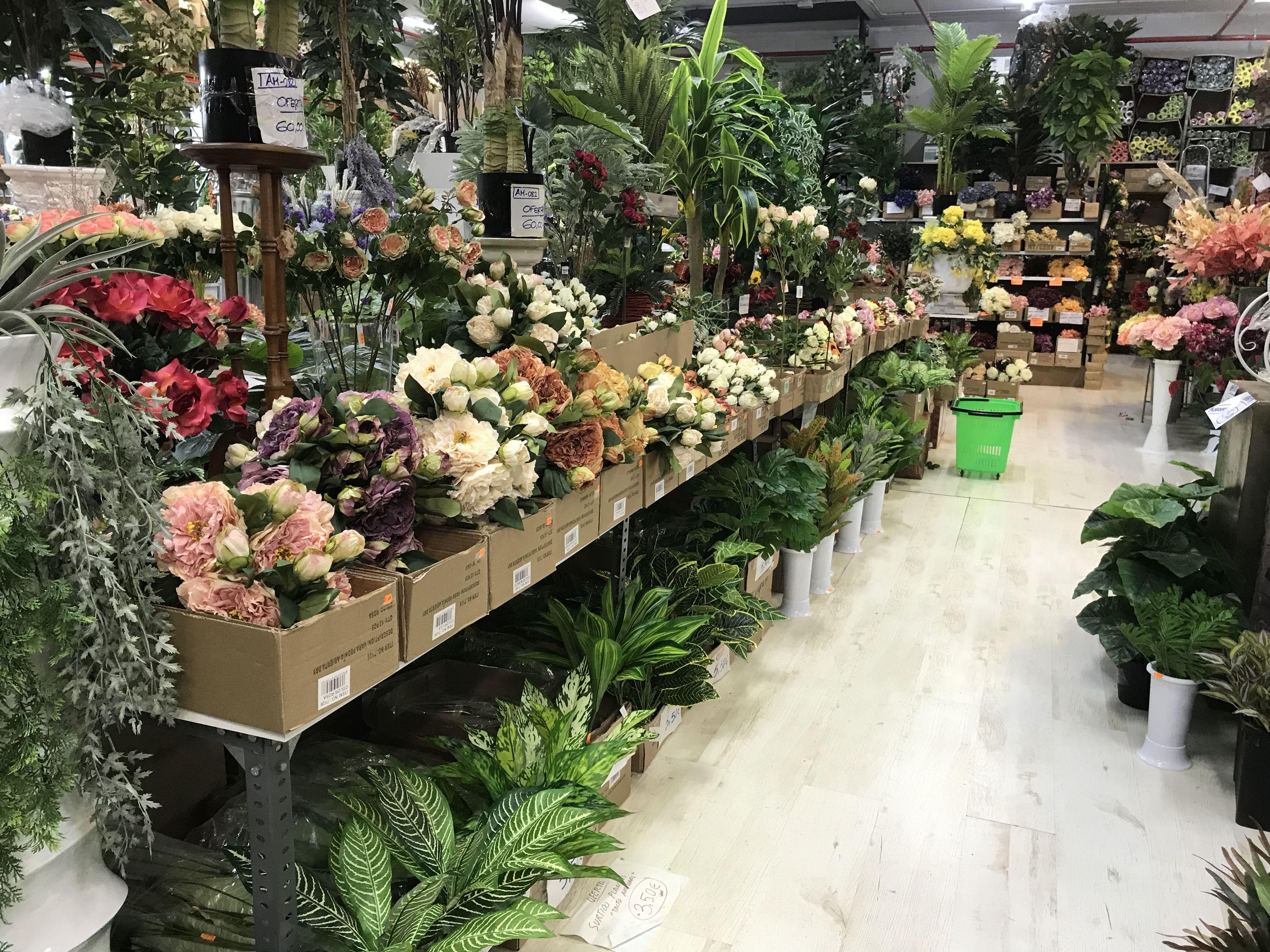 Interior de la parada del Mercado de la Flor en San Boi-Viladecans con flor y planta artificial -Fernando Gallego SCP