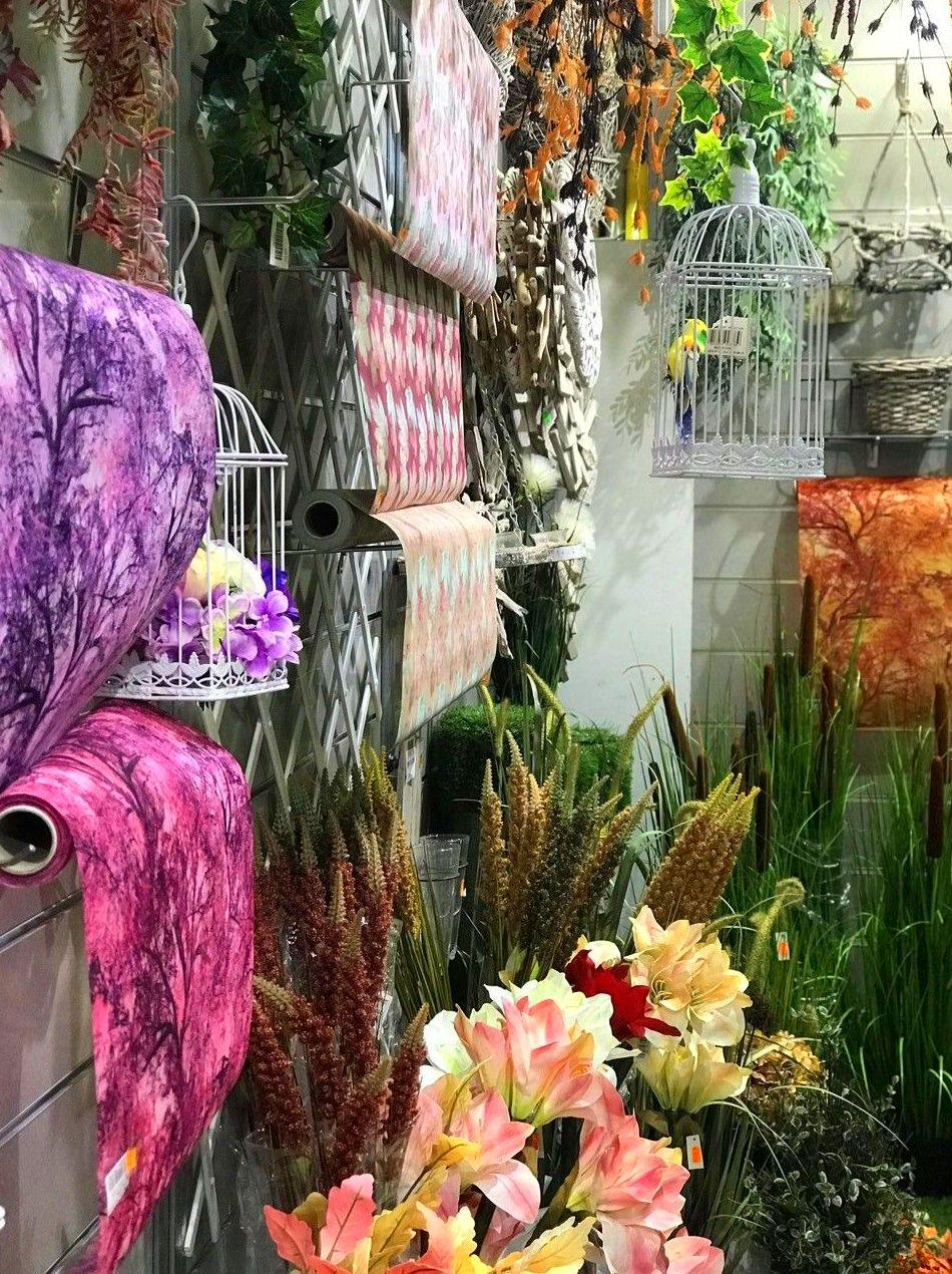Escaparate otoñal con envoltorios decorativos y jaulas