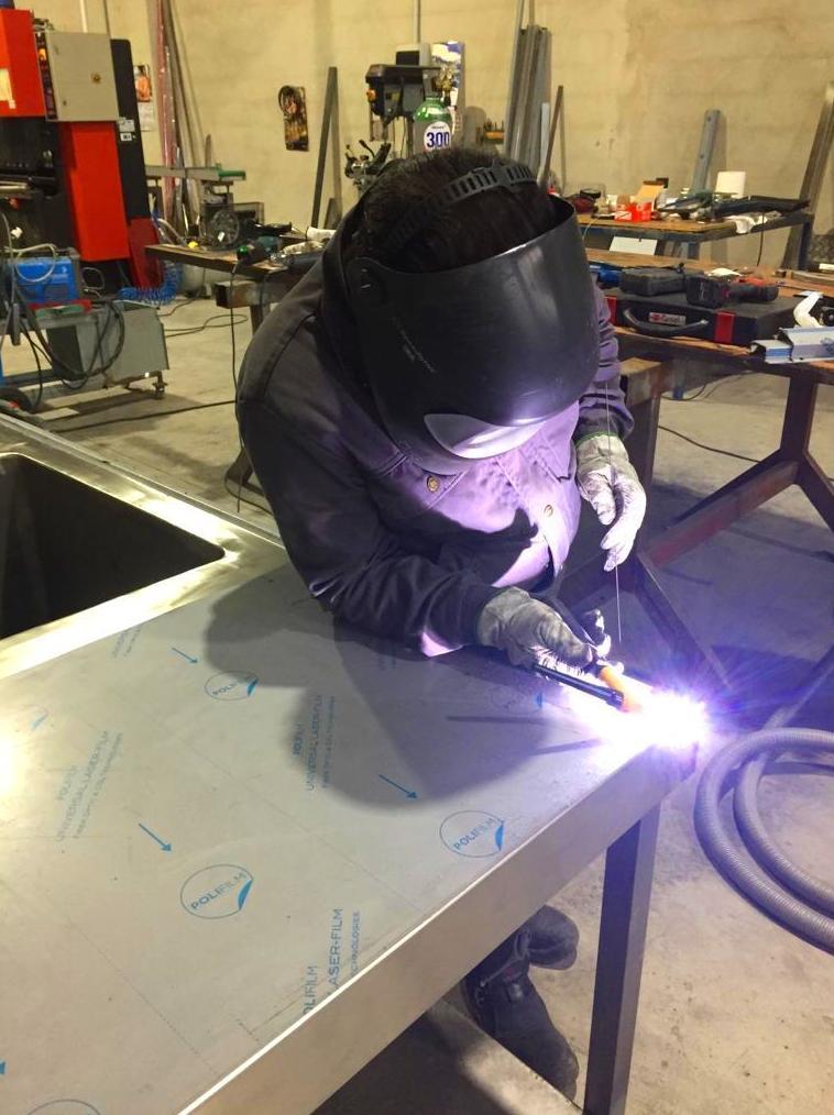 Fabricando fregaderos con cubetas embutidas en acero inoxidable.