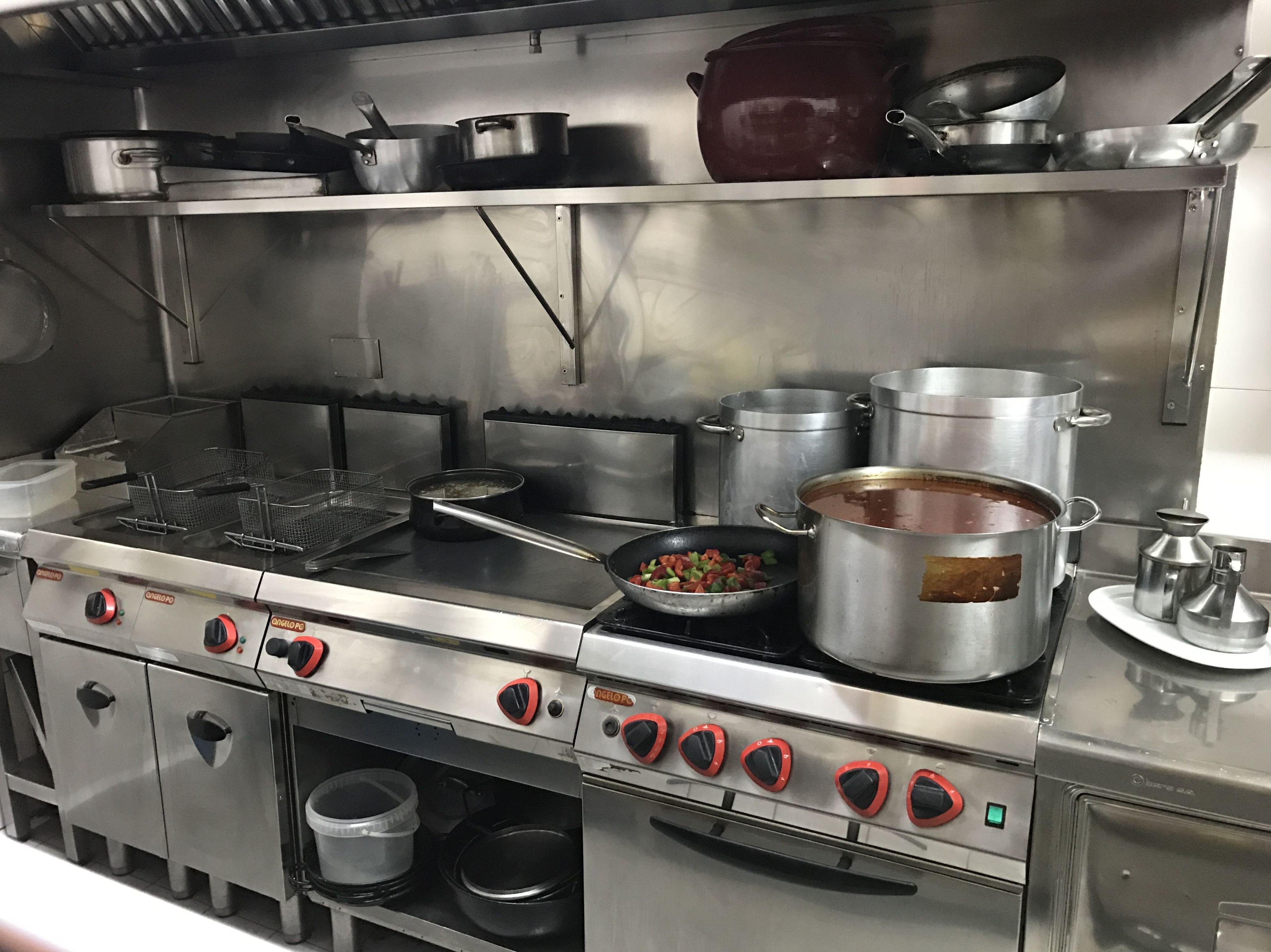 Cocina con muebles de acero inoxidable
