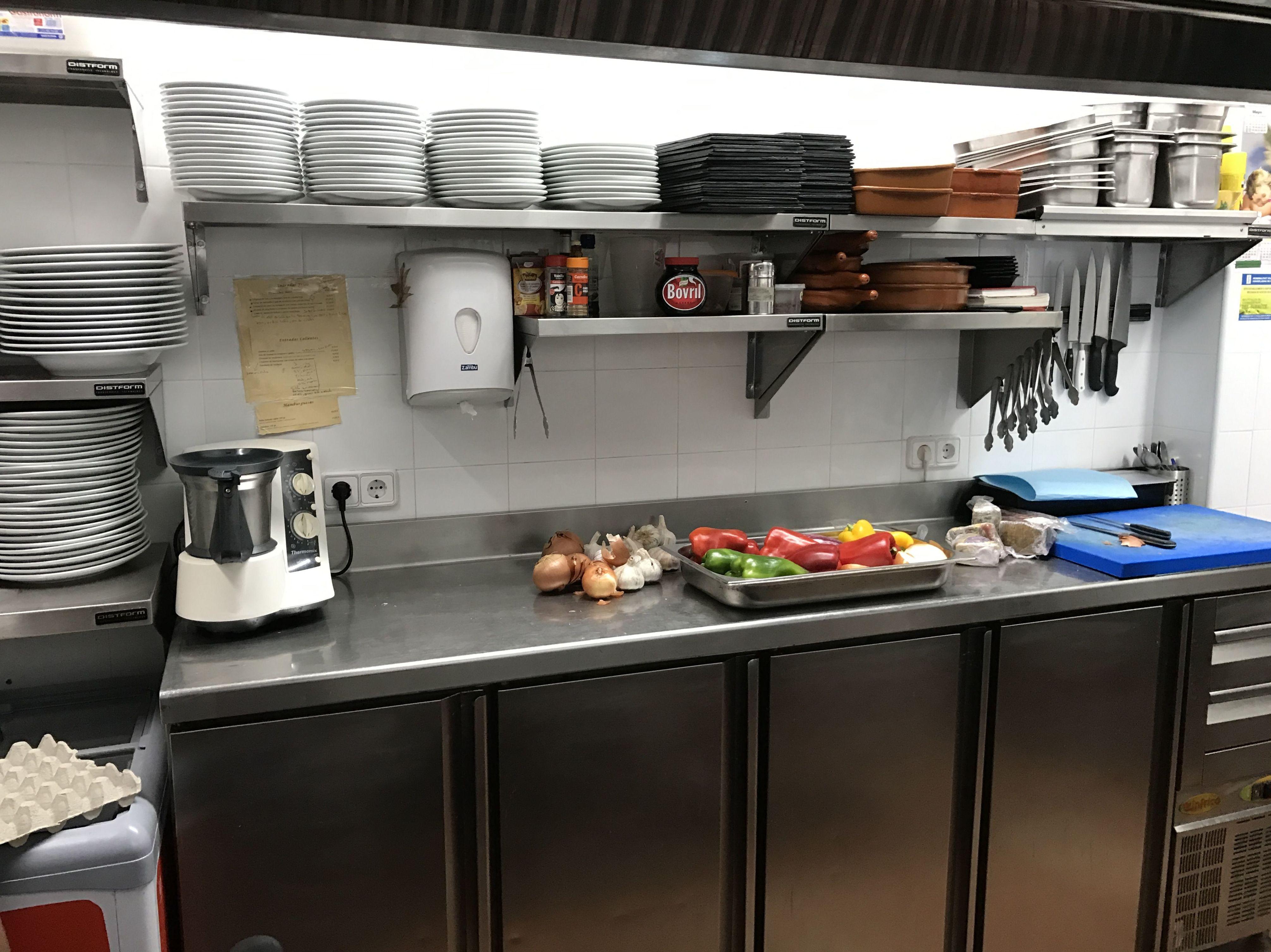Instalación de muebles de acero inoxidable en cocinas de restaurantes