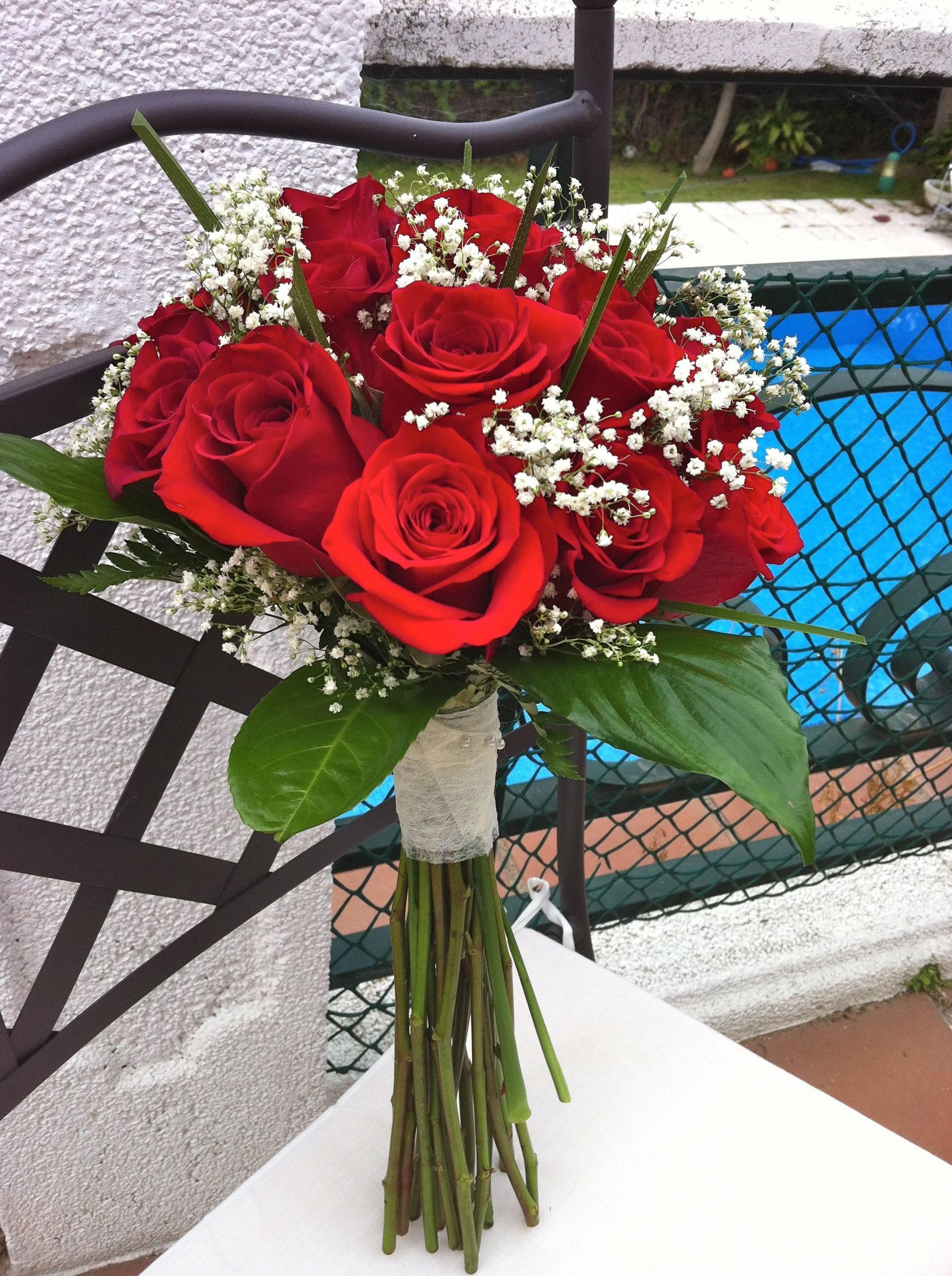 Bouquet de rosas rojas con tallos vistos