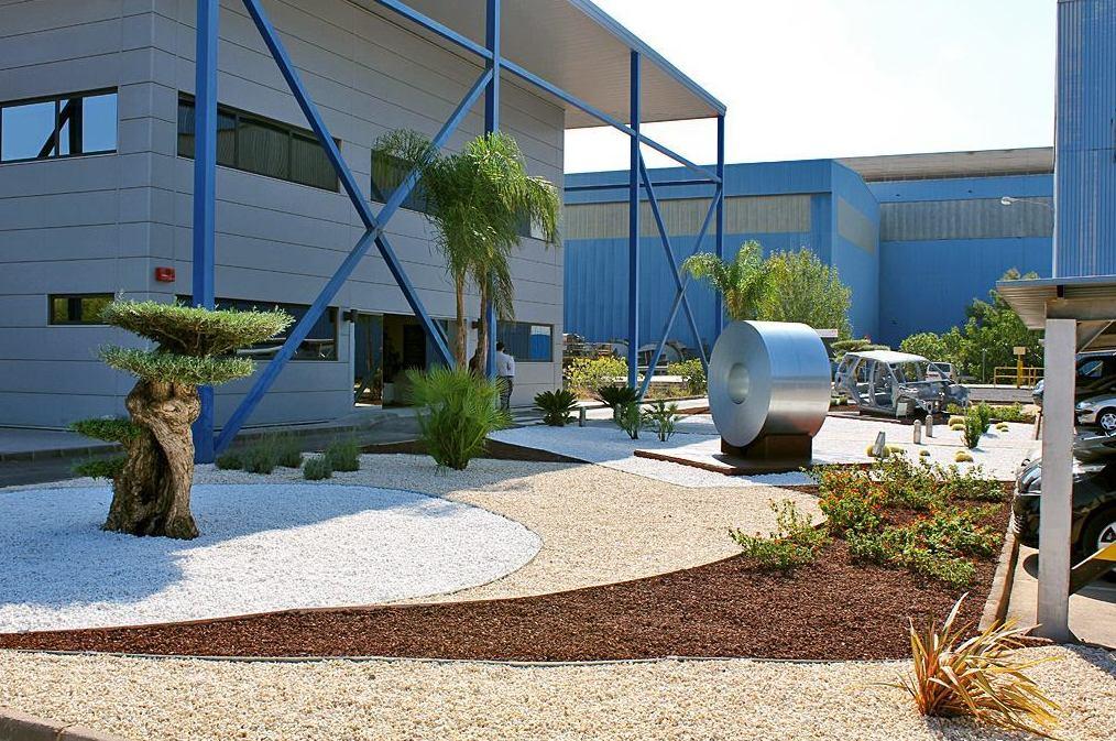 Jardín en acceso a oficinas Arcelor Mittal Sagunto.