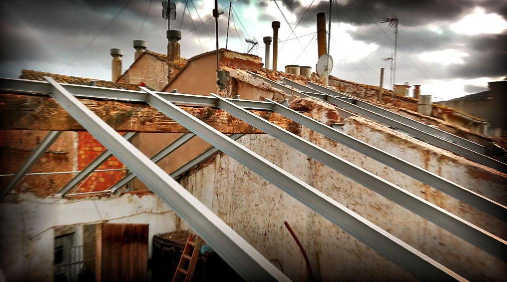 Sustitución de cubierta inclinada de teja, en una vivienda centenaria de Estivella.