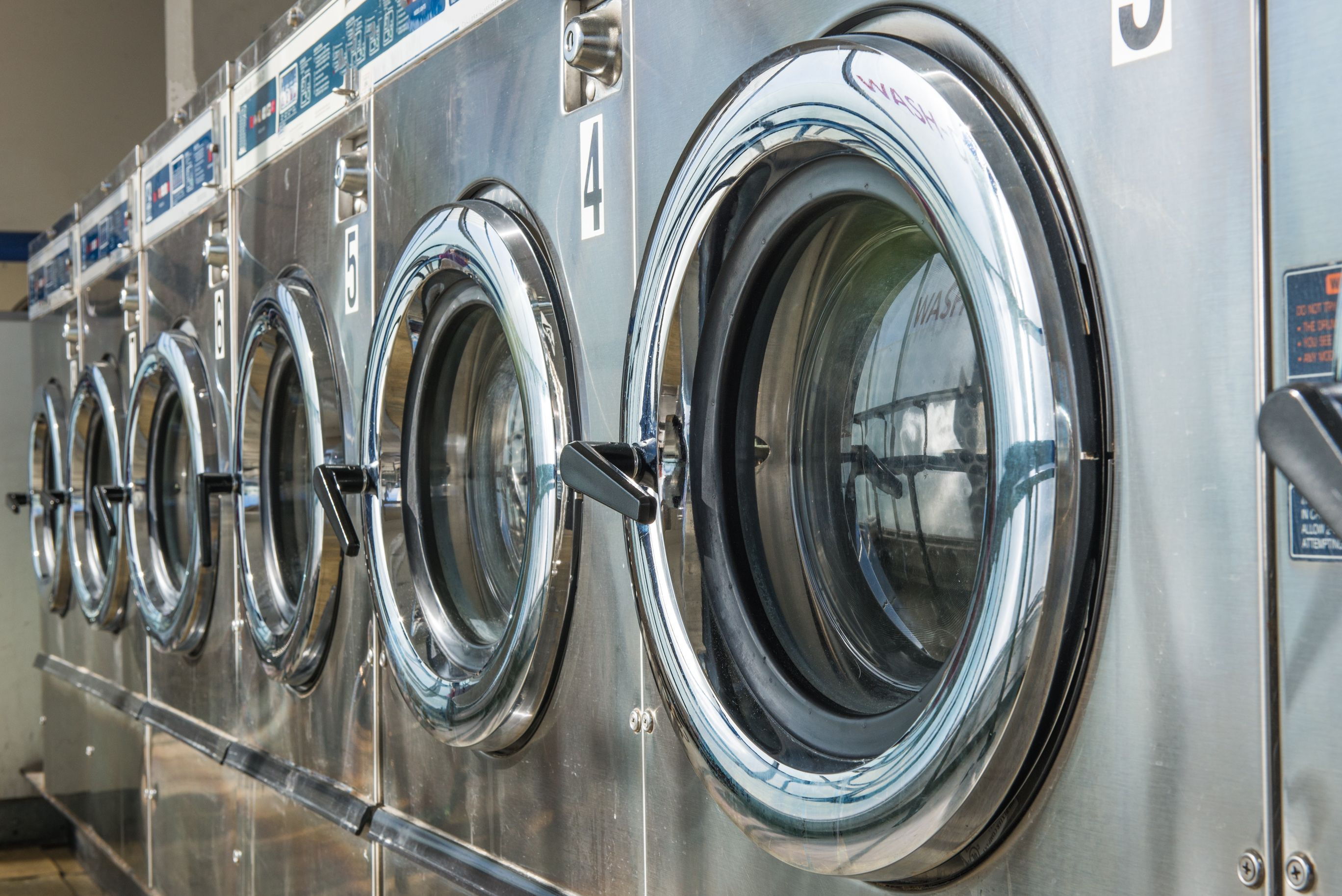 Lavandería industrial con maquinaria de última generación en Madrid