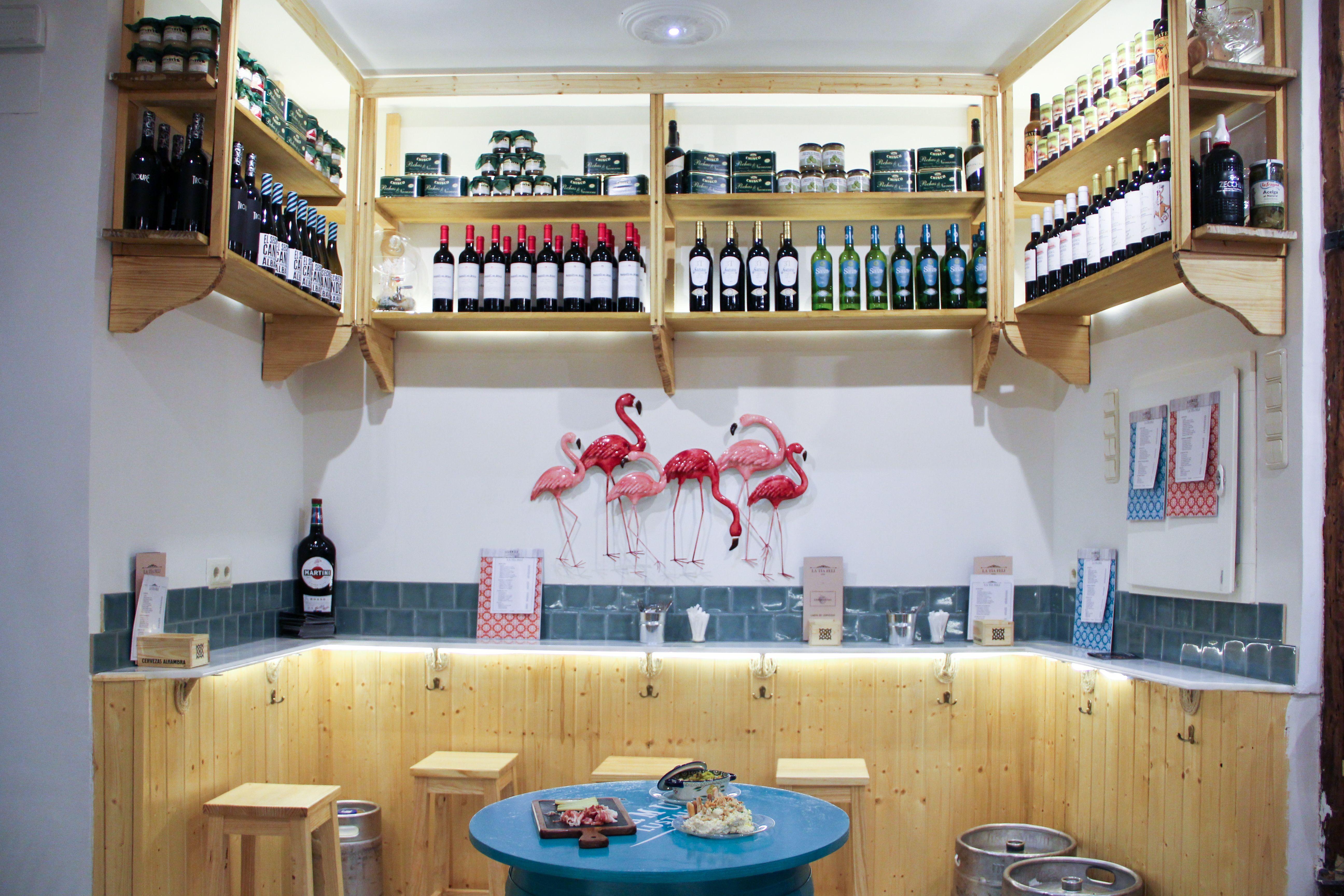 Fondo del local con estanterías de vinos