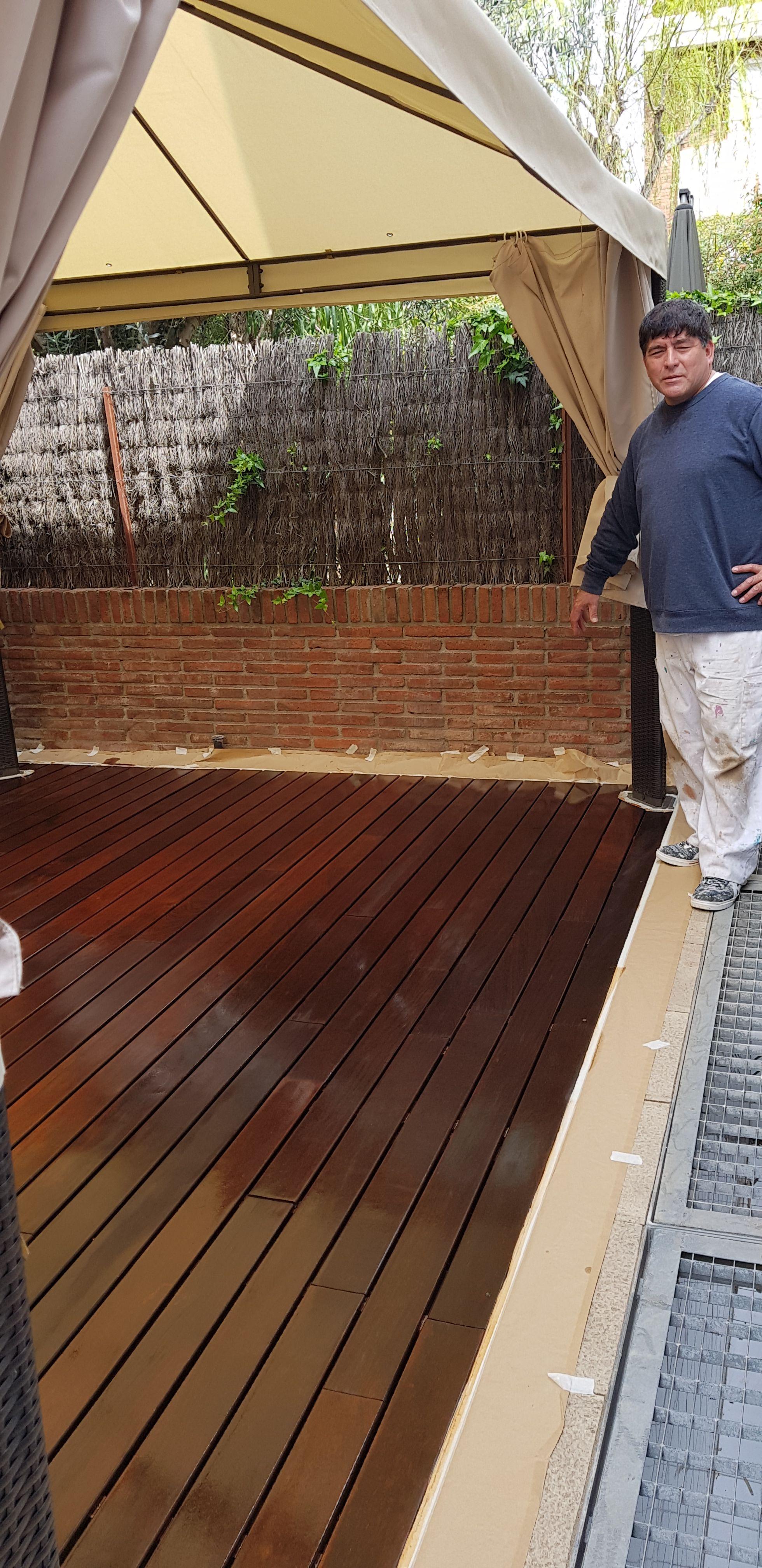 Colocación de suelos de madera en exteriores en Barcelona