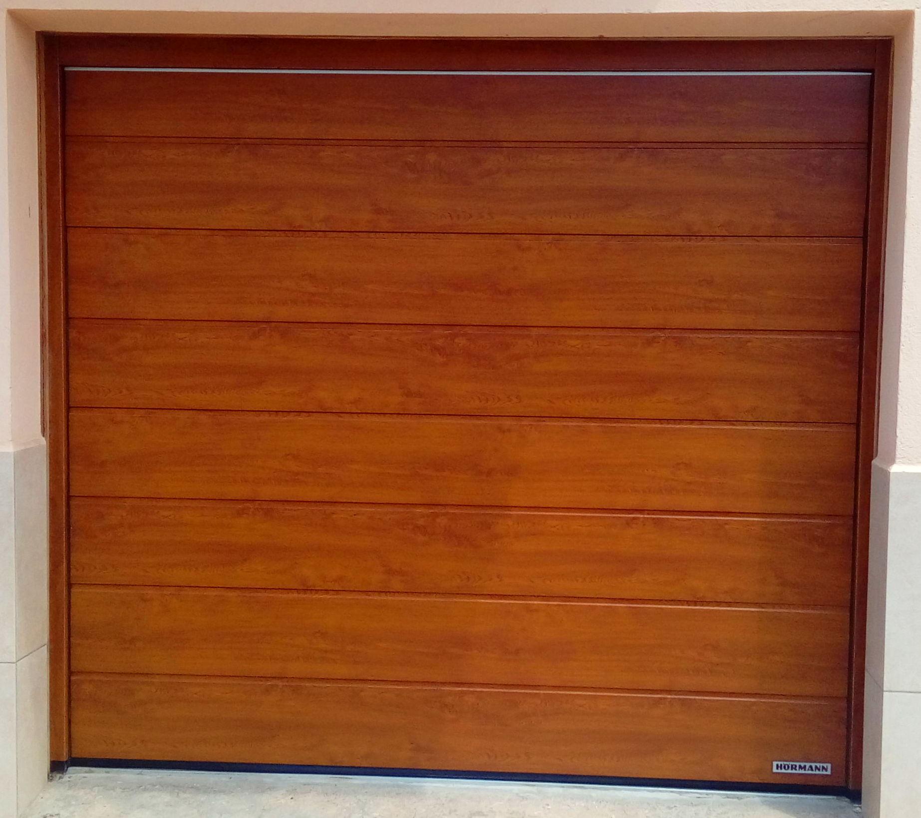 puerta seccional imitación de madera