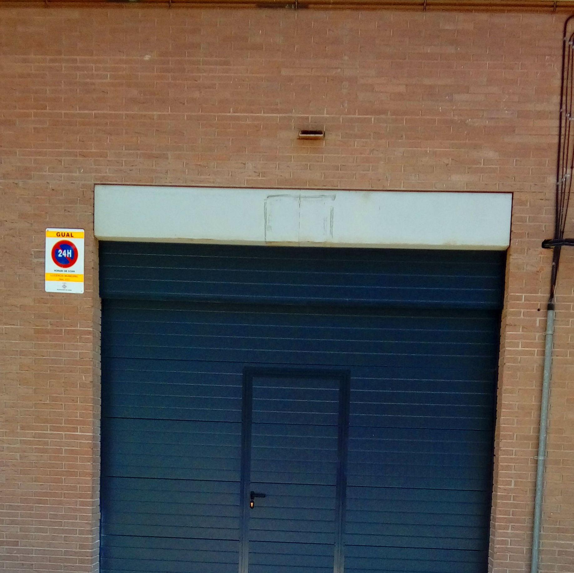 puerta seccional con peatonal