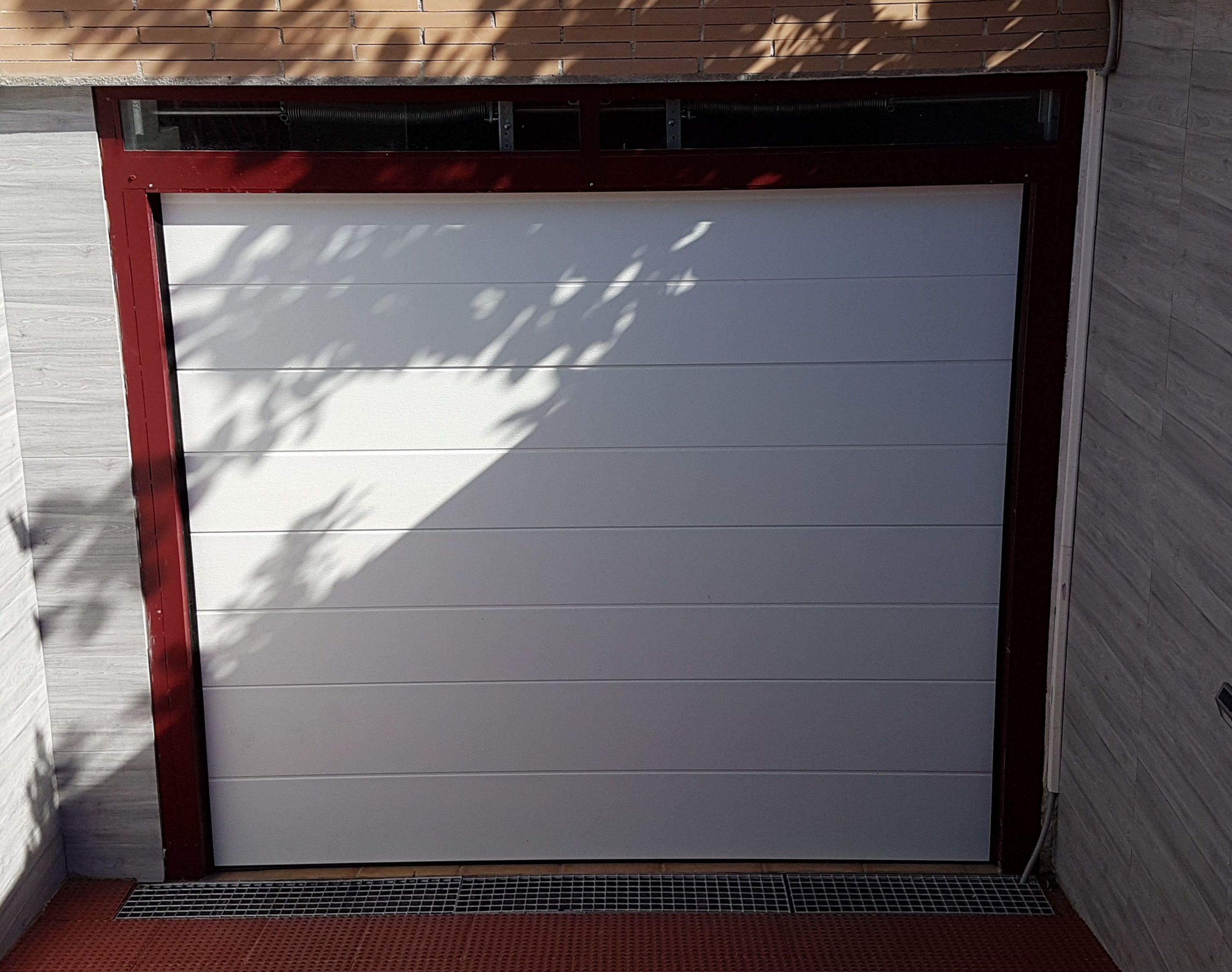 Puerta seccional con terminación 2D