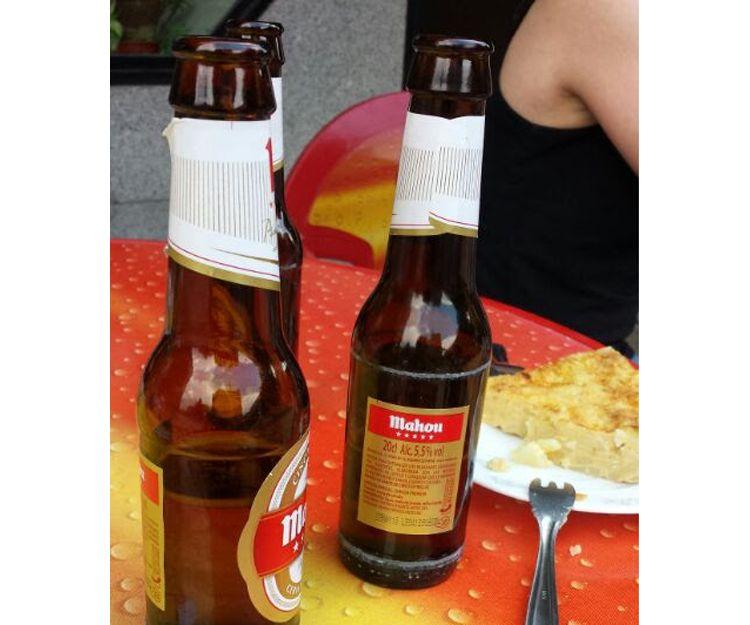 Una cerveza y un pincho de tortilla