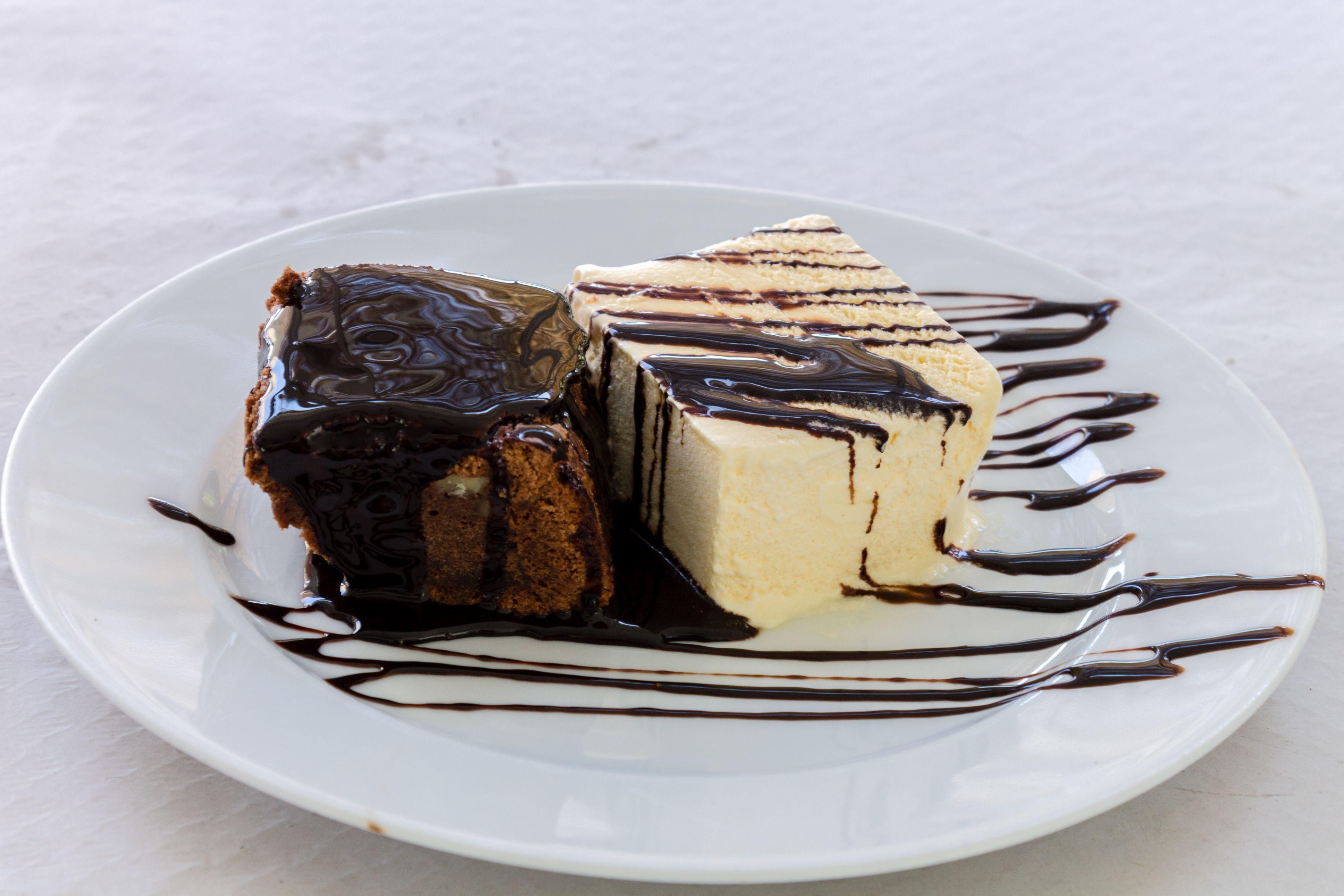 Brownie con helado de vainilla