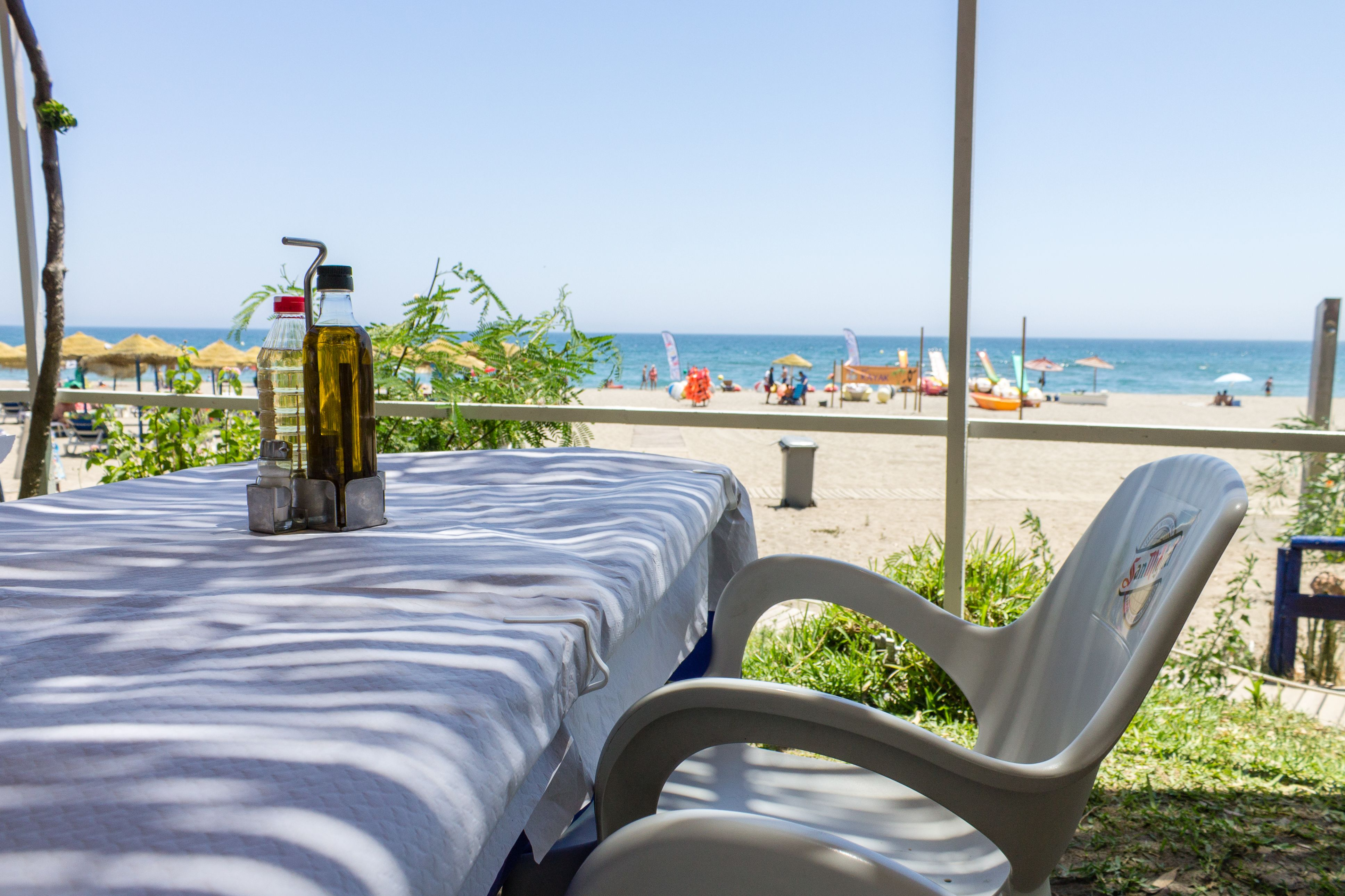 Comedor exterior de un restaurante en la playa