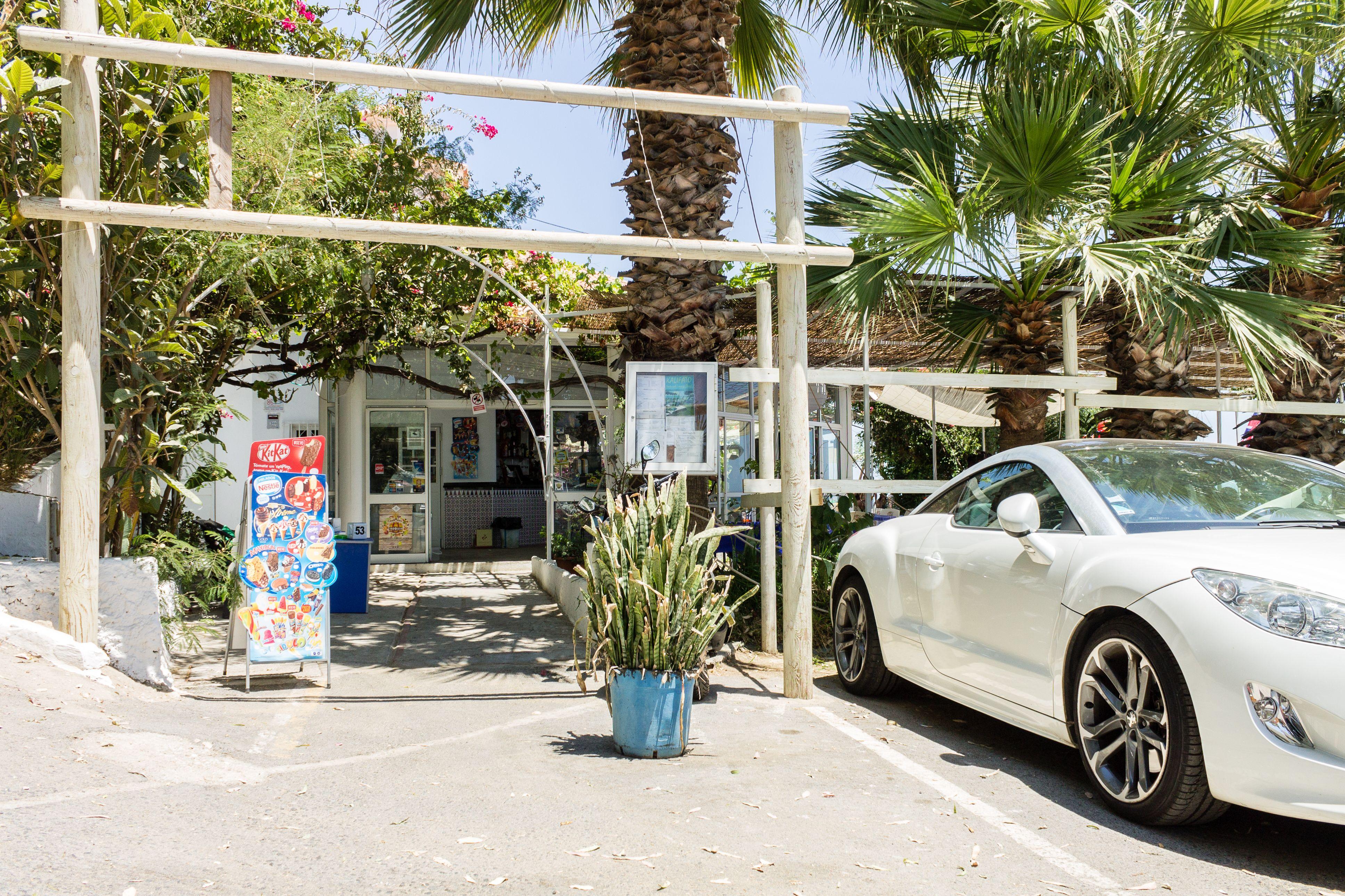 Parking exterior de un restaurante en la playa