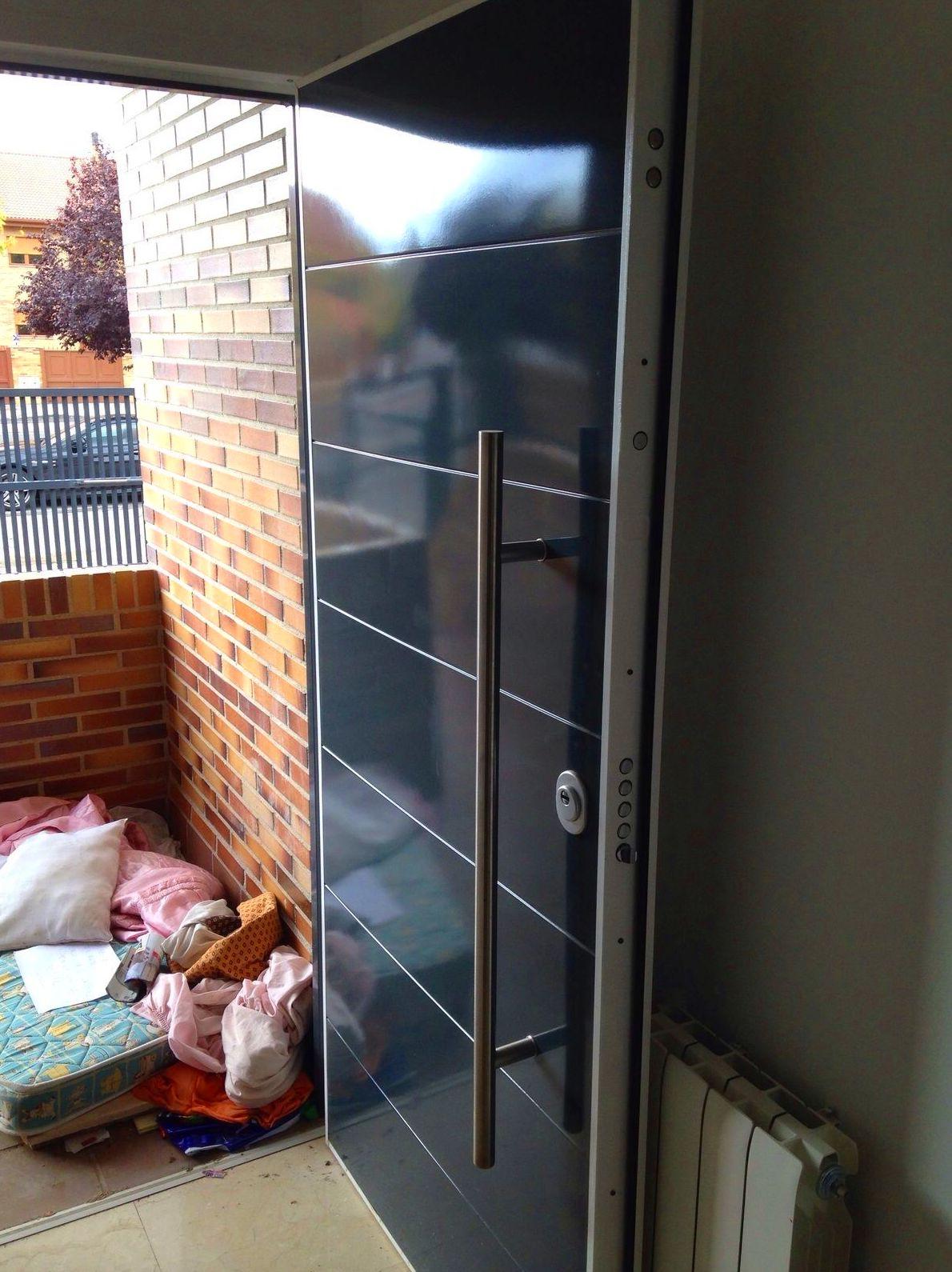 puerta de entrada blindada moderna